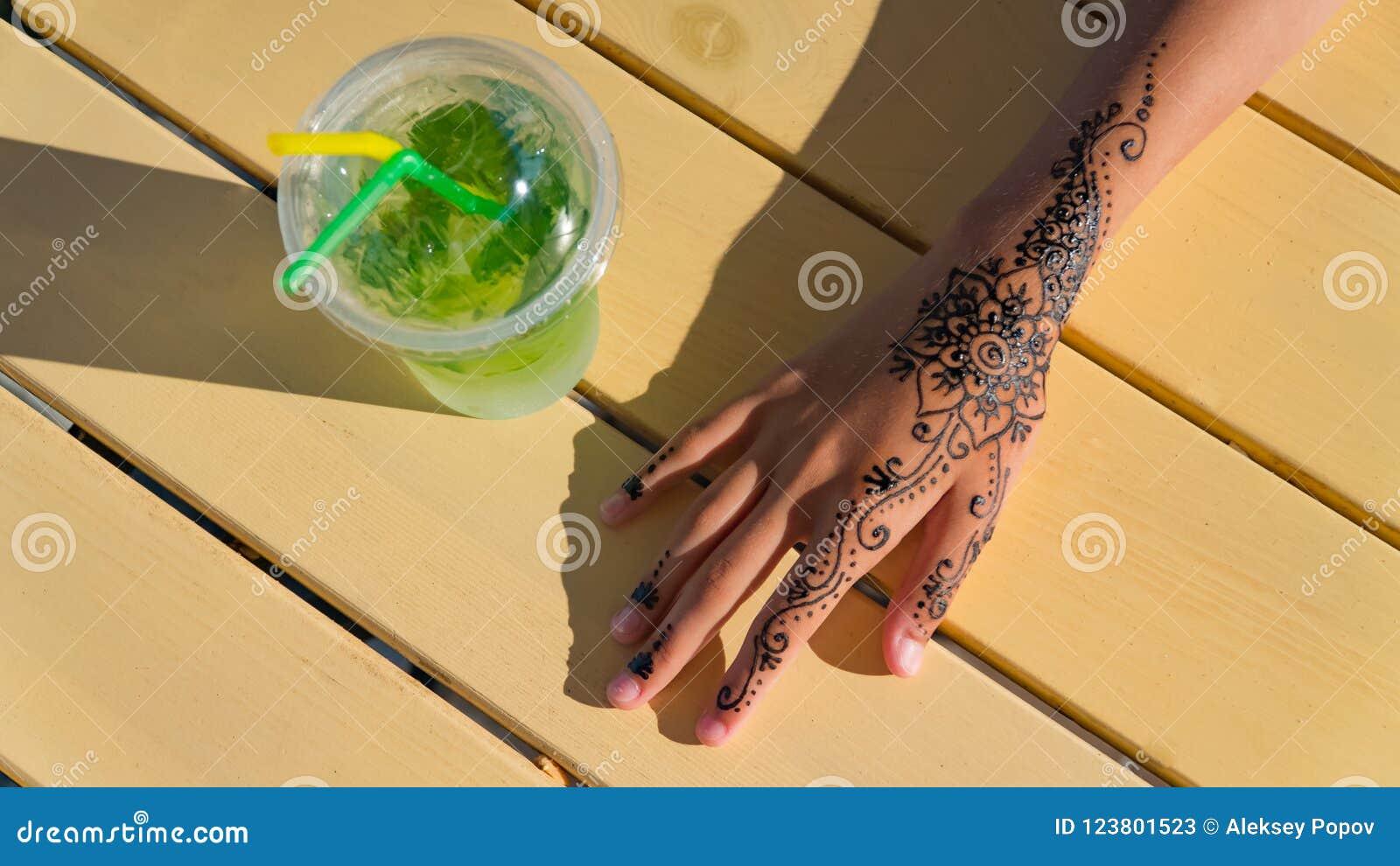 De hand met mehendi op zwarte achtergrond moslim, bodyart, vinger, schoonheidsmiddel, smukt, meisje op