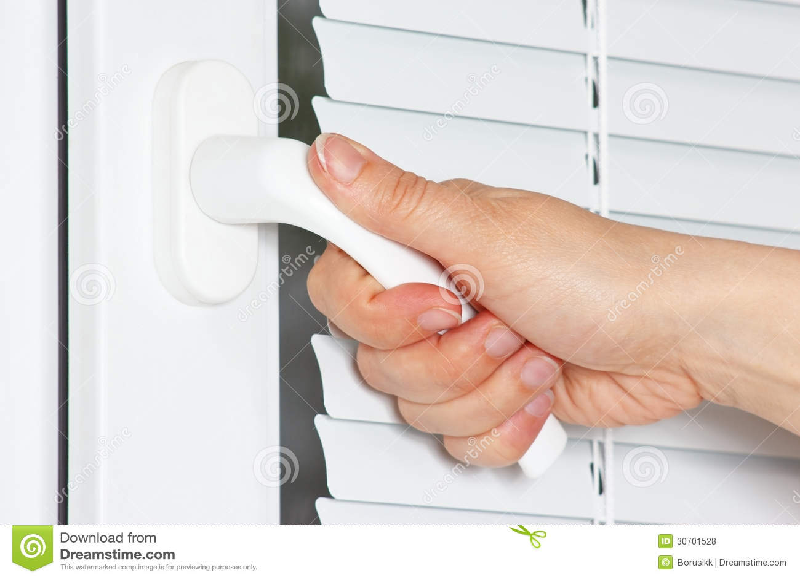 De hand opent het witte plastic venster met jaloezie