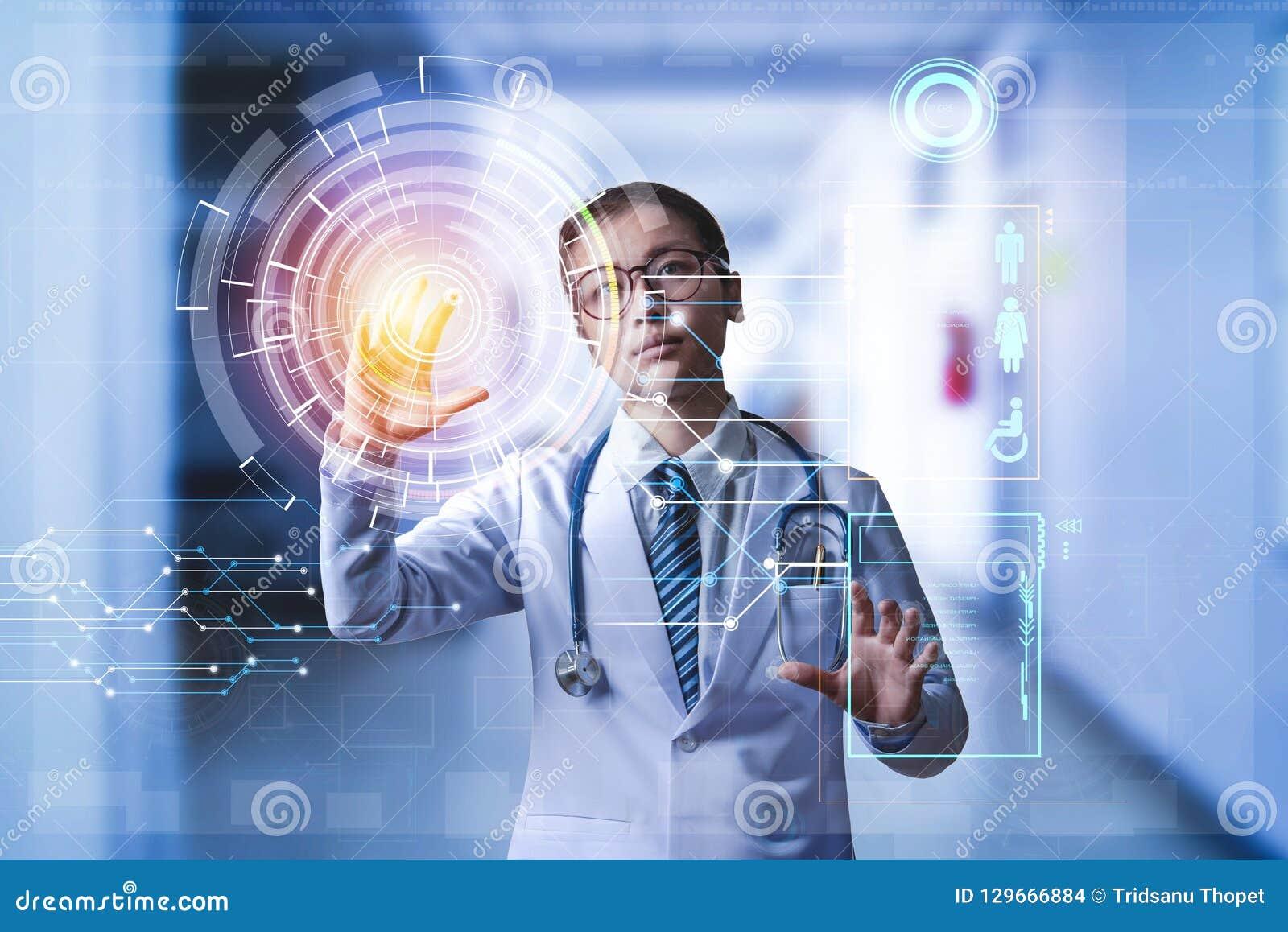 De hand van de artsenholding op touch screen aan het roepen van digitale geduldige D