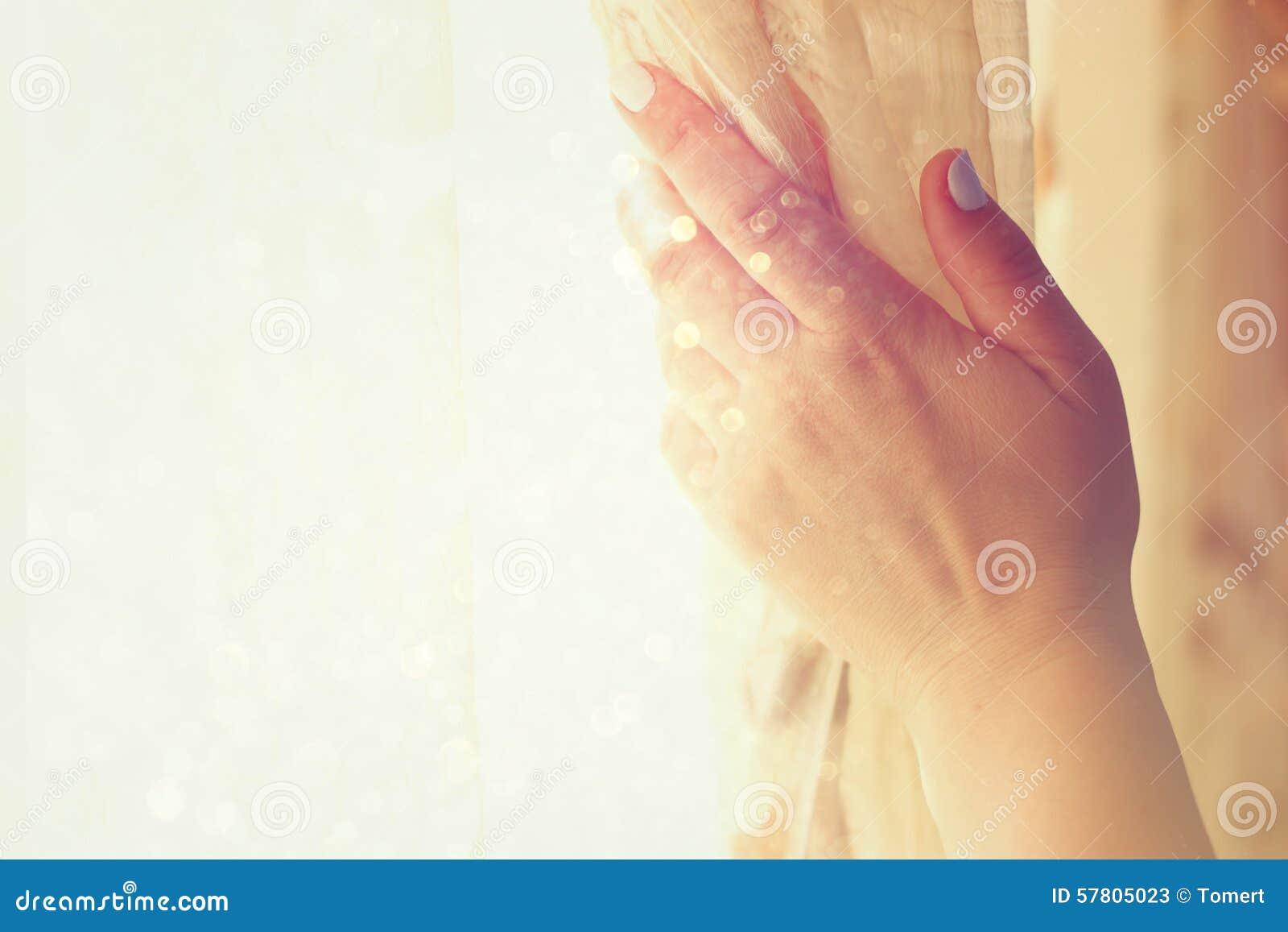 De Hand Van De Vrouw Het Openen Gordijnen In Een Slaapkamer ...