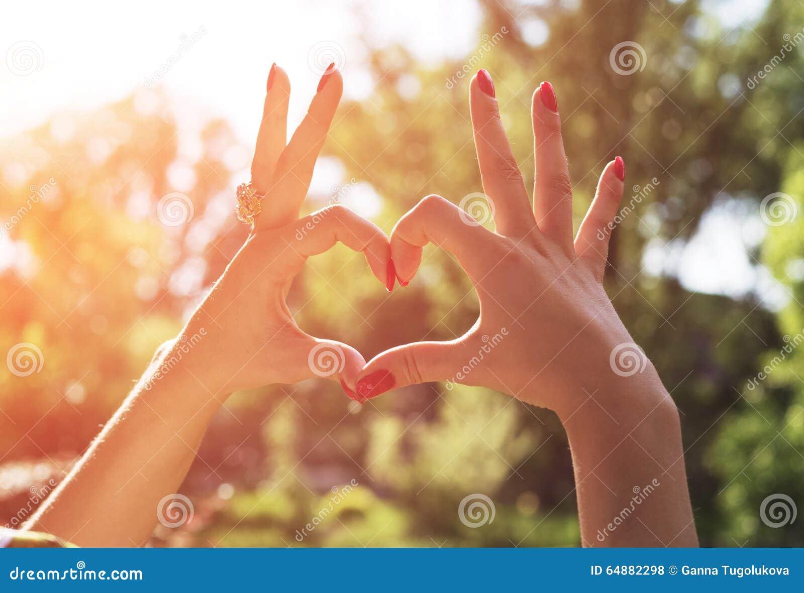 De hand van de vrouw maakt een hart tijdens de mooie lente stock foto afbeelding 64882298 - Een mooie kamer van een mooie meid ...