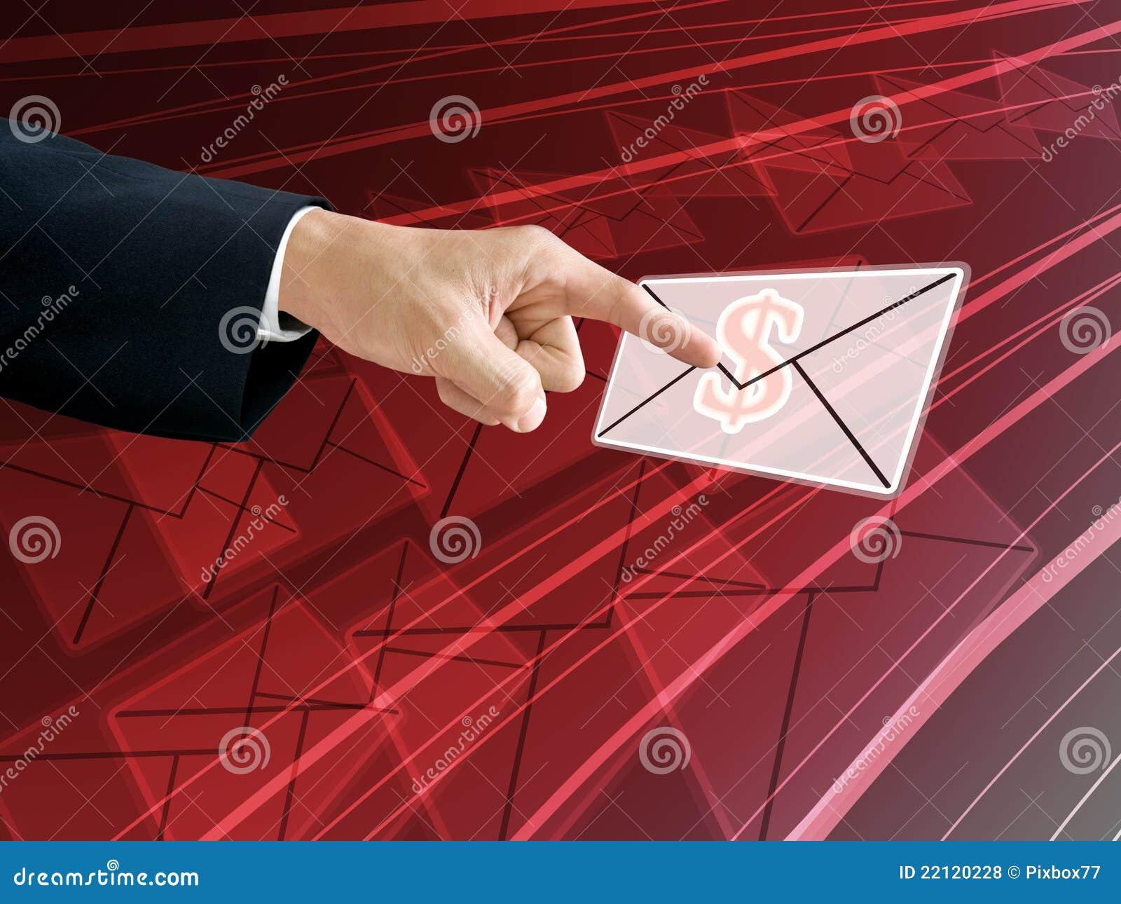 De hand van de zakenman krijgt de inkomens van e-mail
