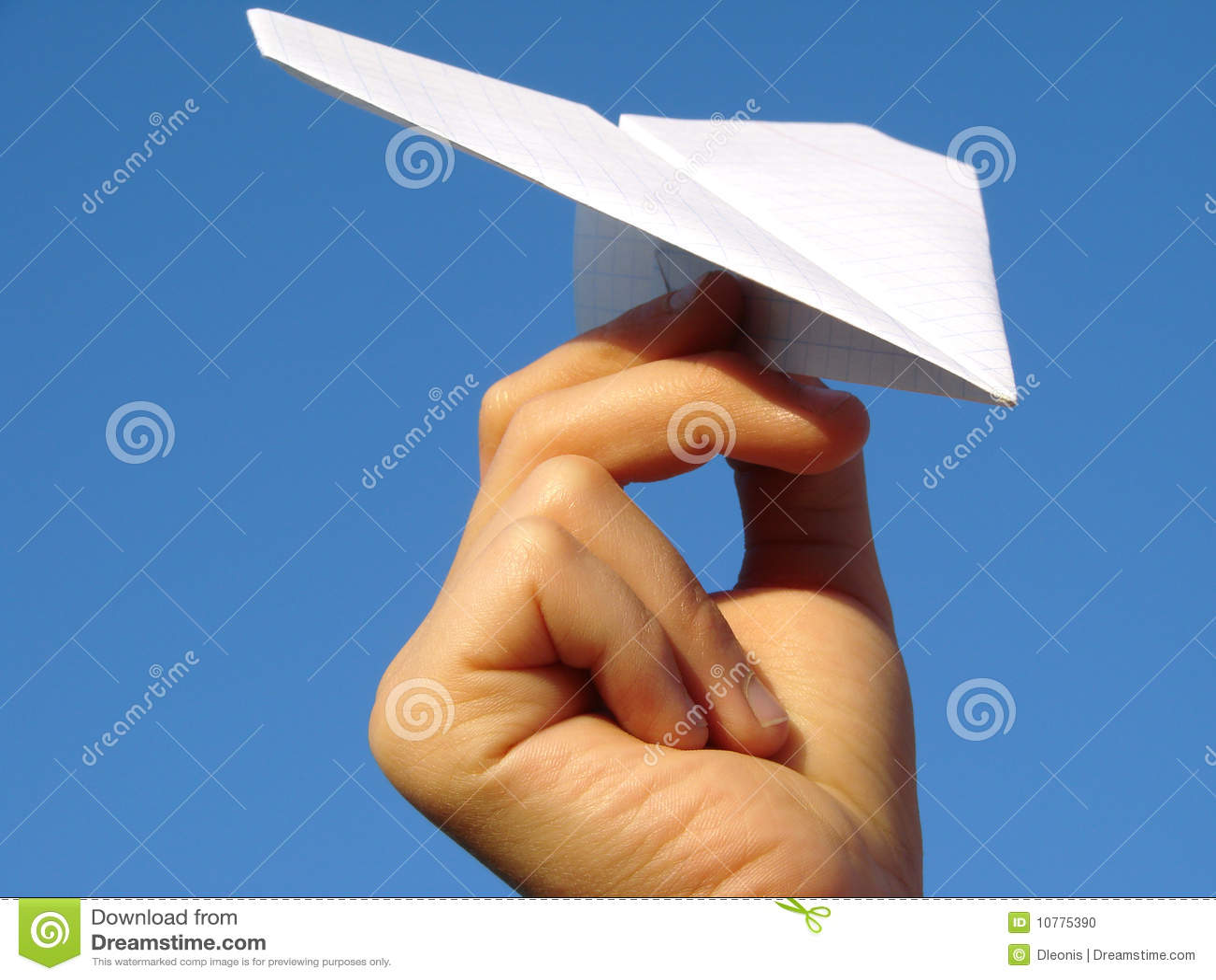 De hand van het kind met document vliegtuig