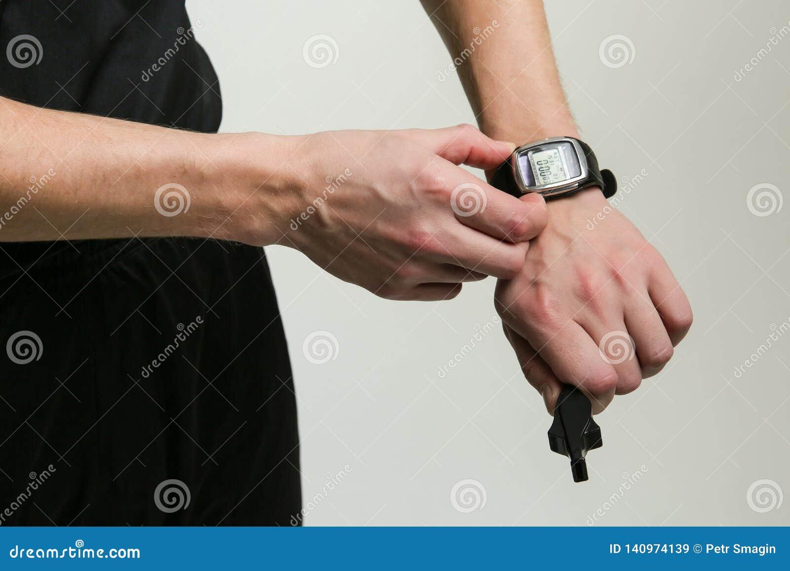 De hand van de voetbalscheidsrechter begint de chronometer