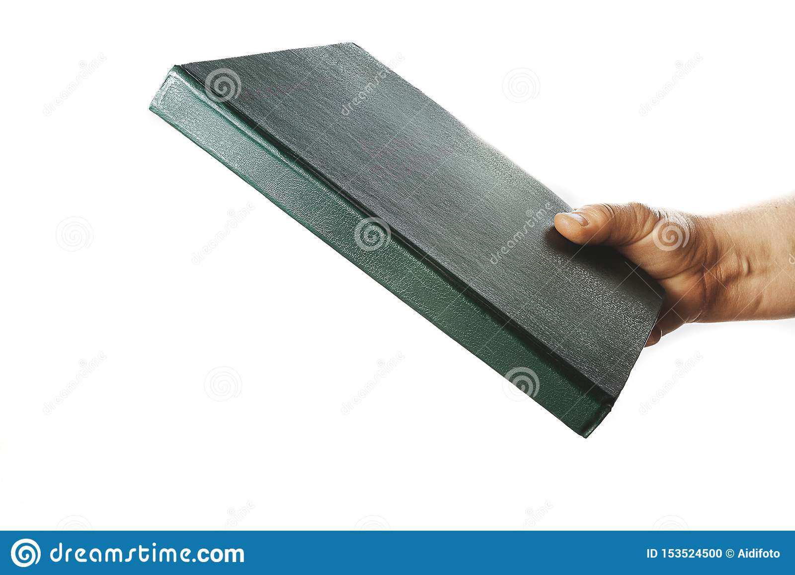 De hand van de vrouw houdt boek