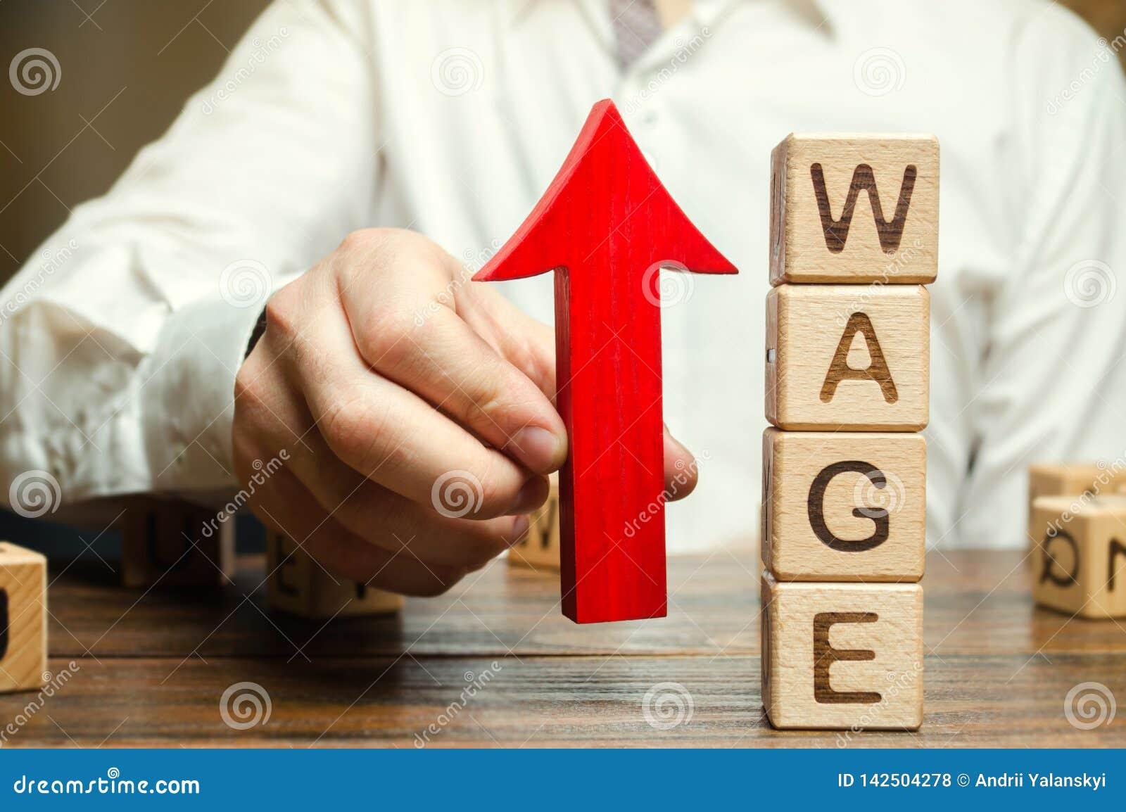 De hand van de zakenman houdt rode pijl dichtbij houten blokken met woordloon tegen Het concept van de salarisverhoging Lonentari