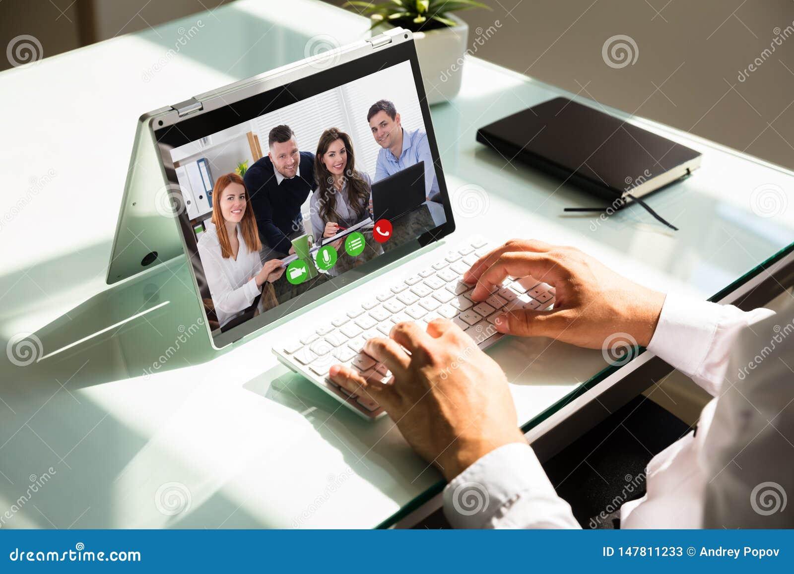 De hand videoconfereren van de zakenman op laptop