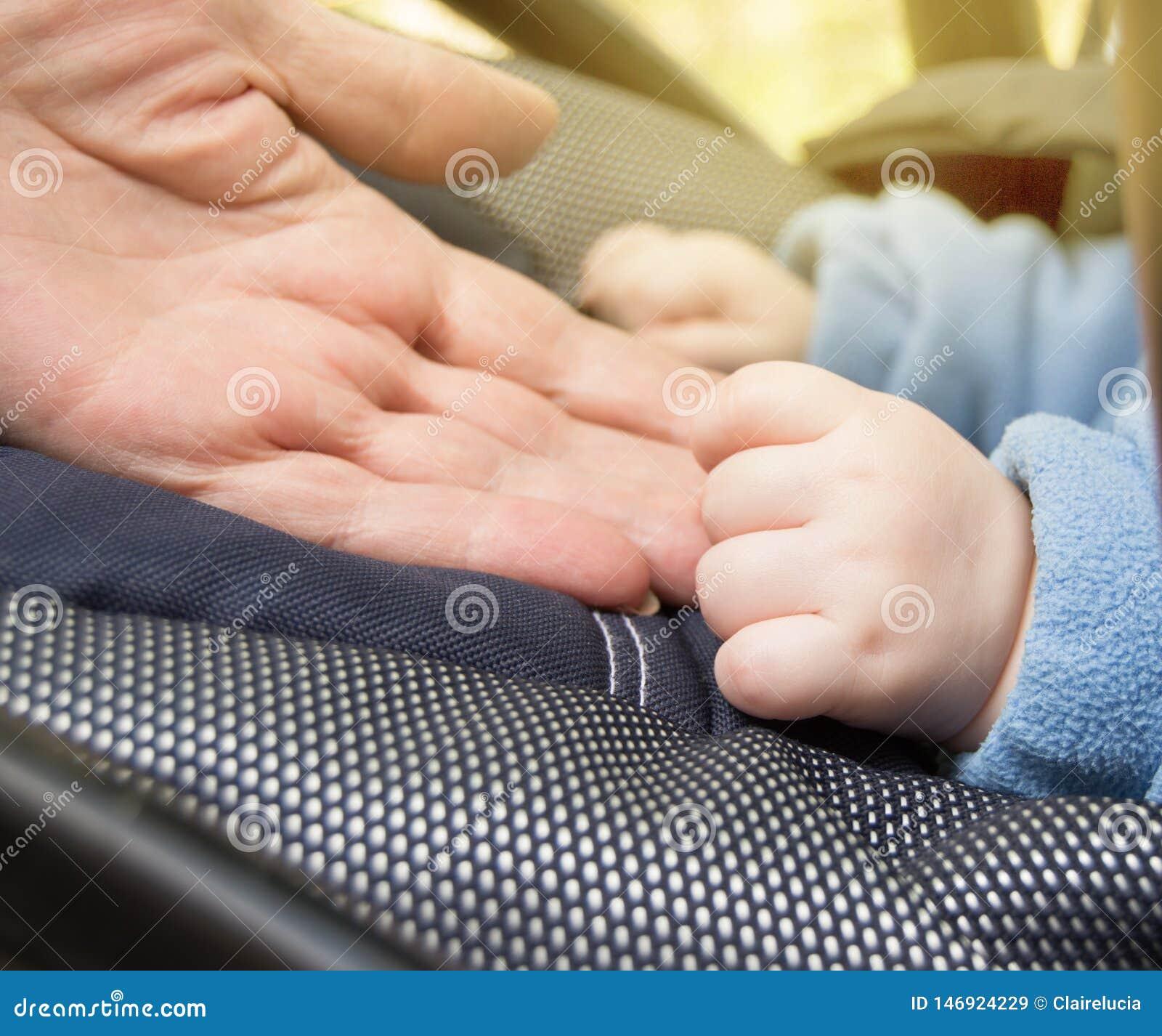 De handbaby en de bejaarden, grootmoeders, selectieve nadruk selectieve nadruk, baby zijn in de wandelwagen terwijl in openlucht
