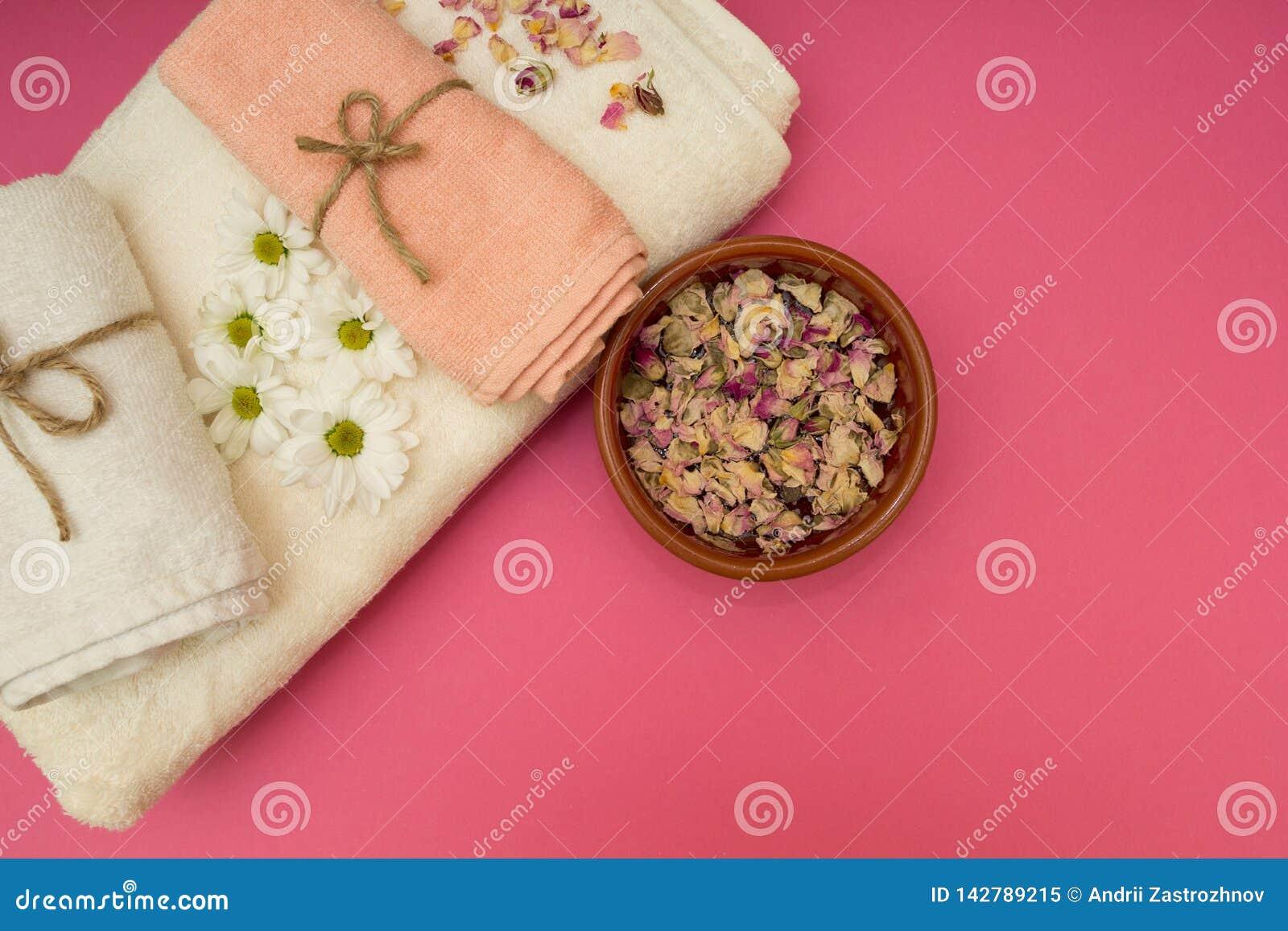 De handdoeken en de bloemen van de kuuroordluxe