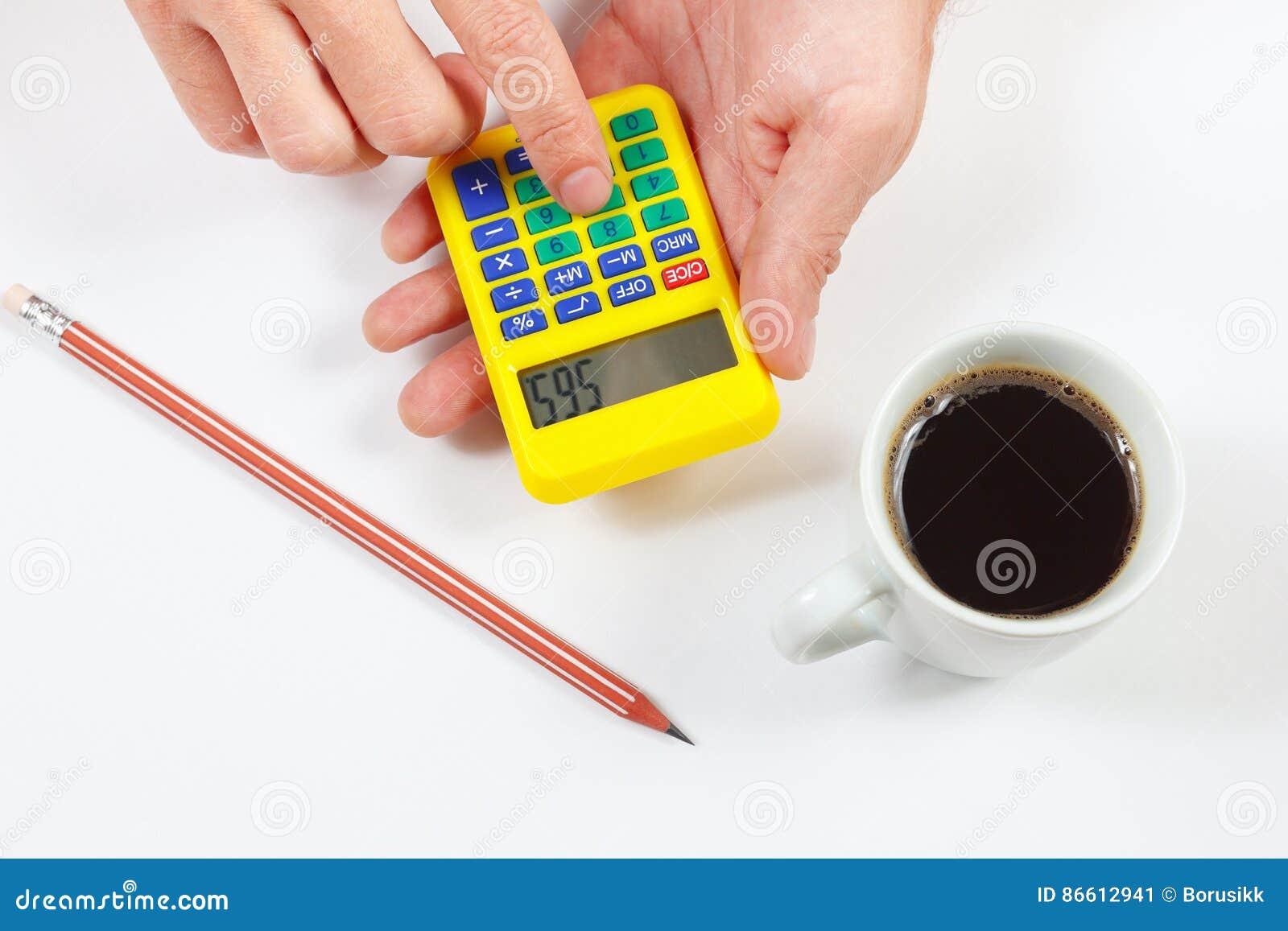 De handen berekenen het gebruiken van een zakcalculator op witte achtergrond