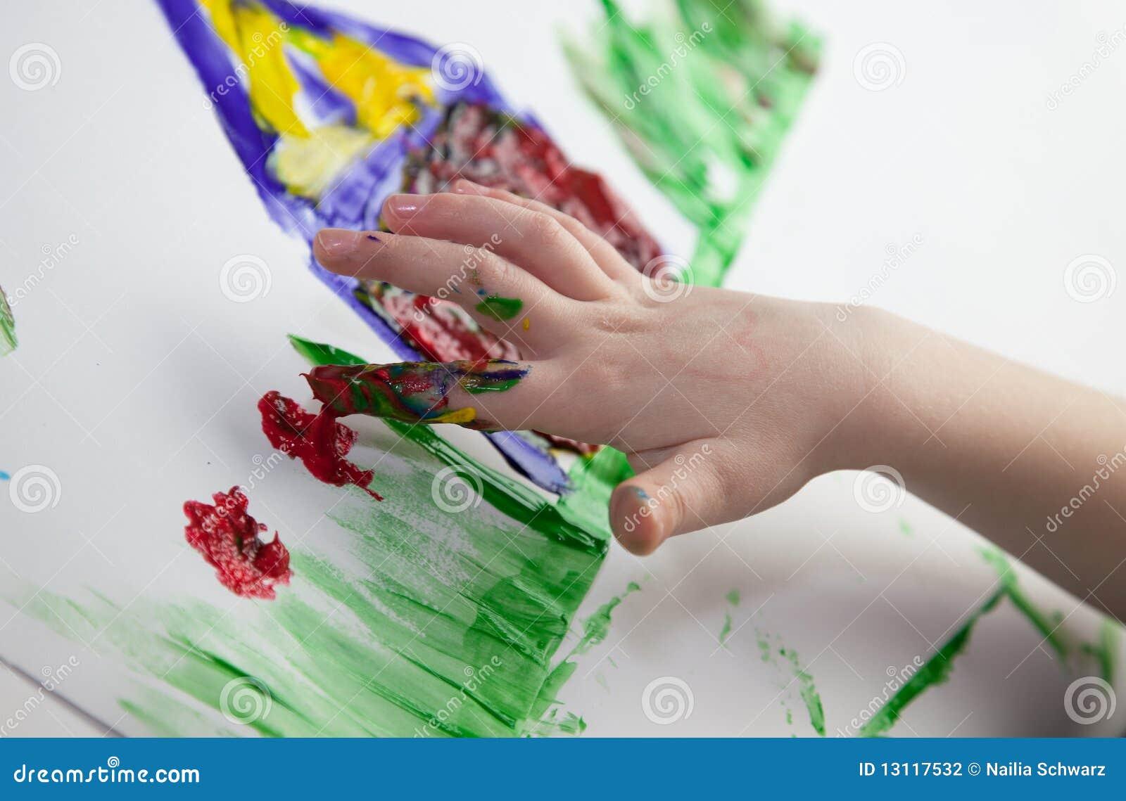 De Handen die van kinderen Fingerpainting doen