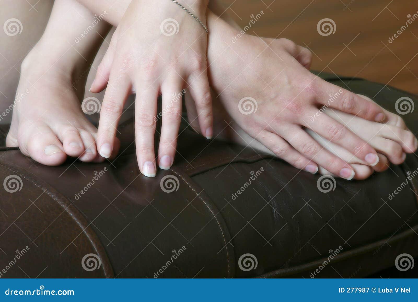 De Handen en de voeten van de jonge vrouw