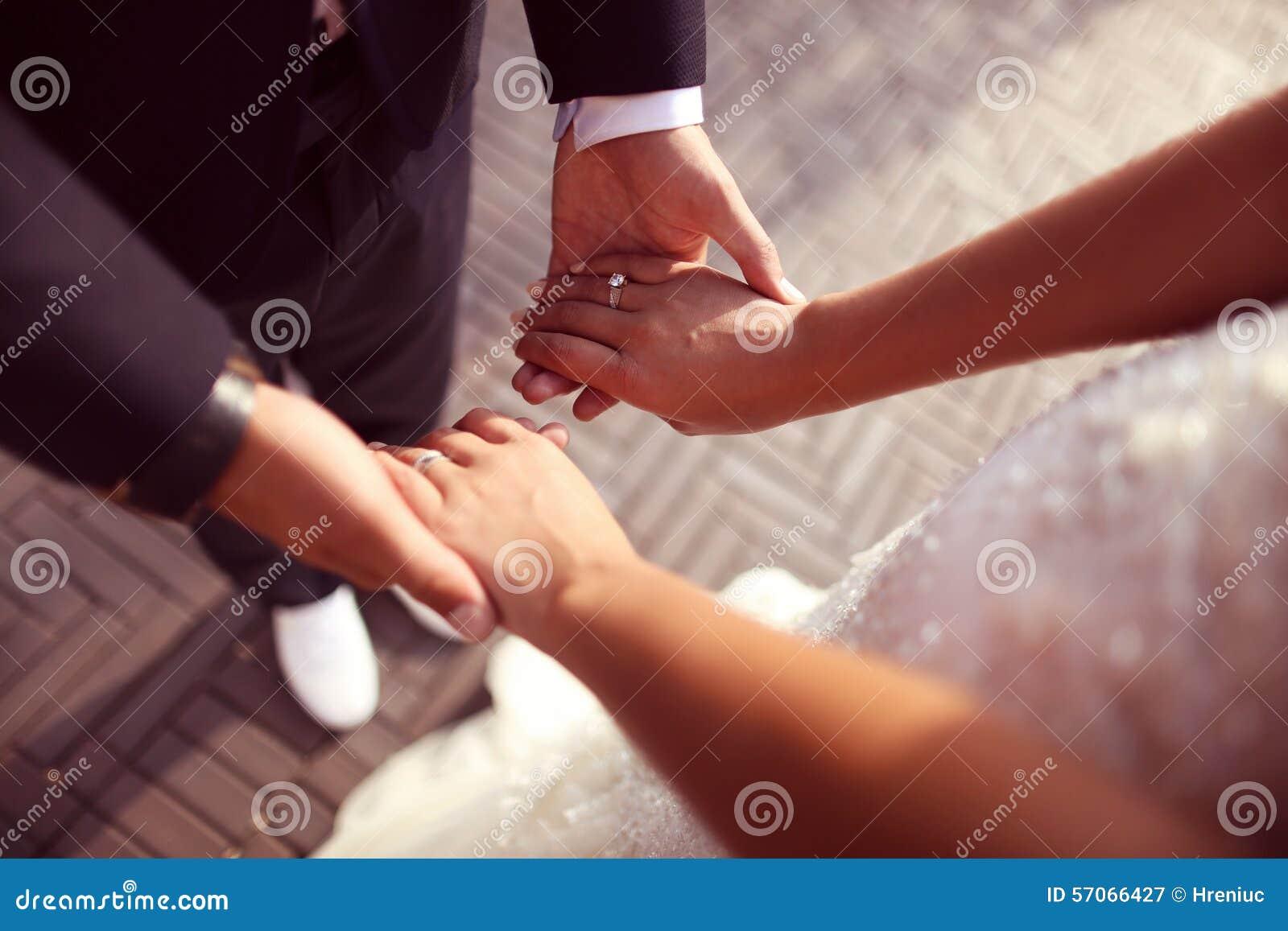 De Handen van de Holding van de bruid en van de Bruidegom