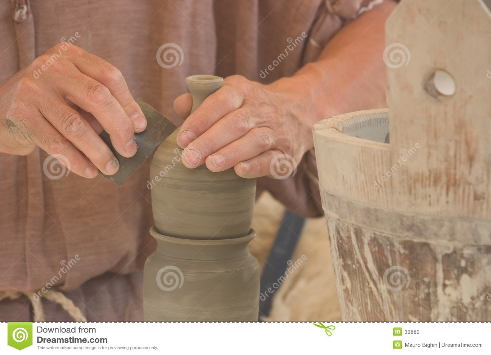 De handen van de pottenbakker op het werk
