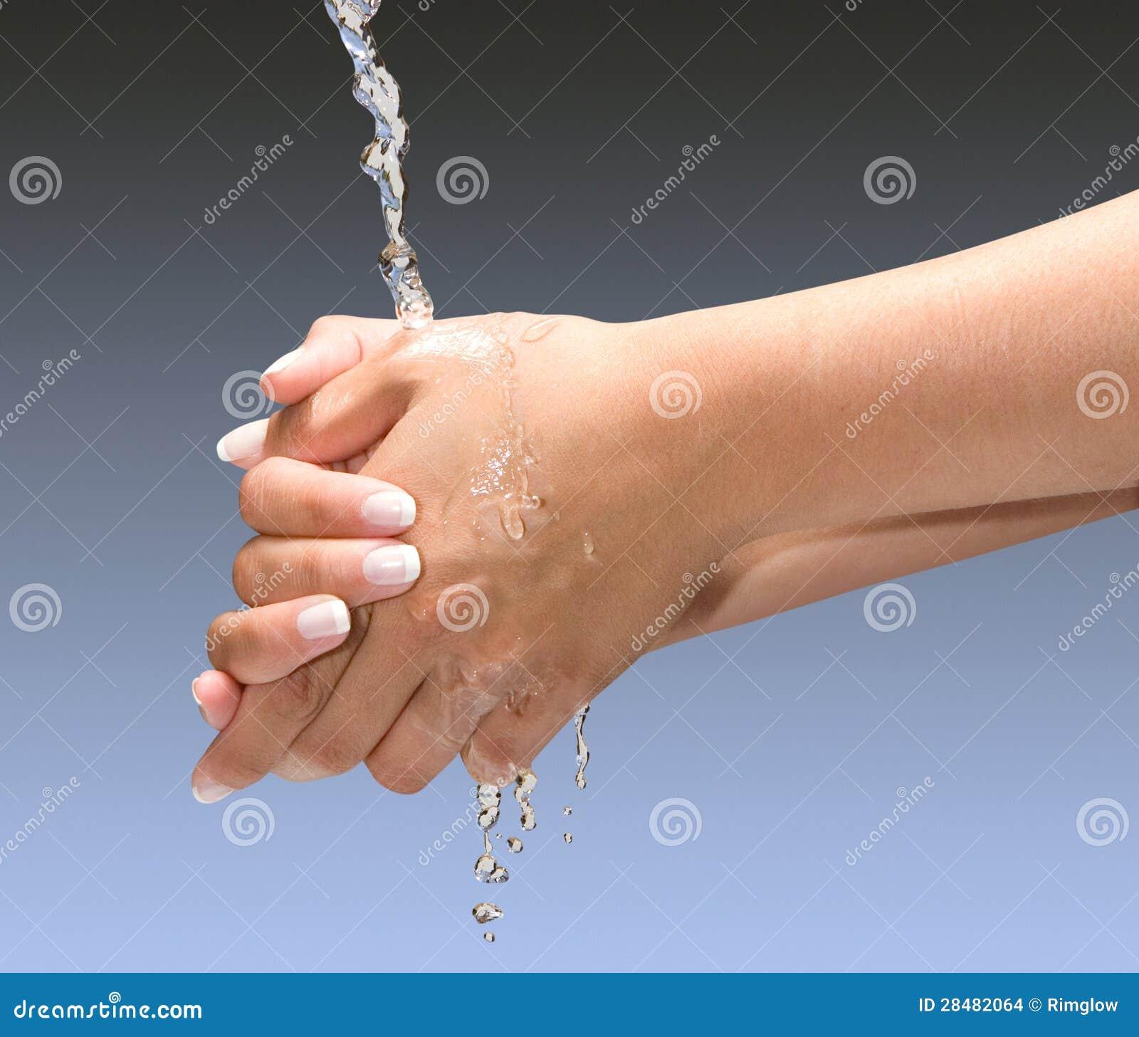 De Handen van de was met het knippen van weg