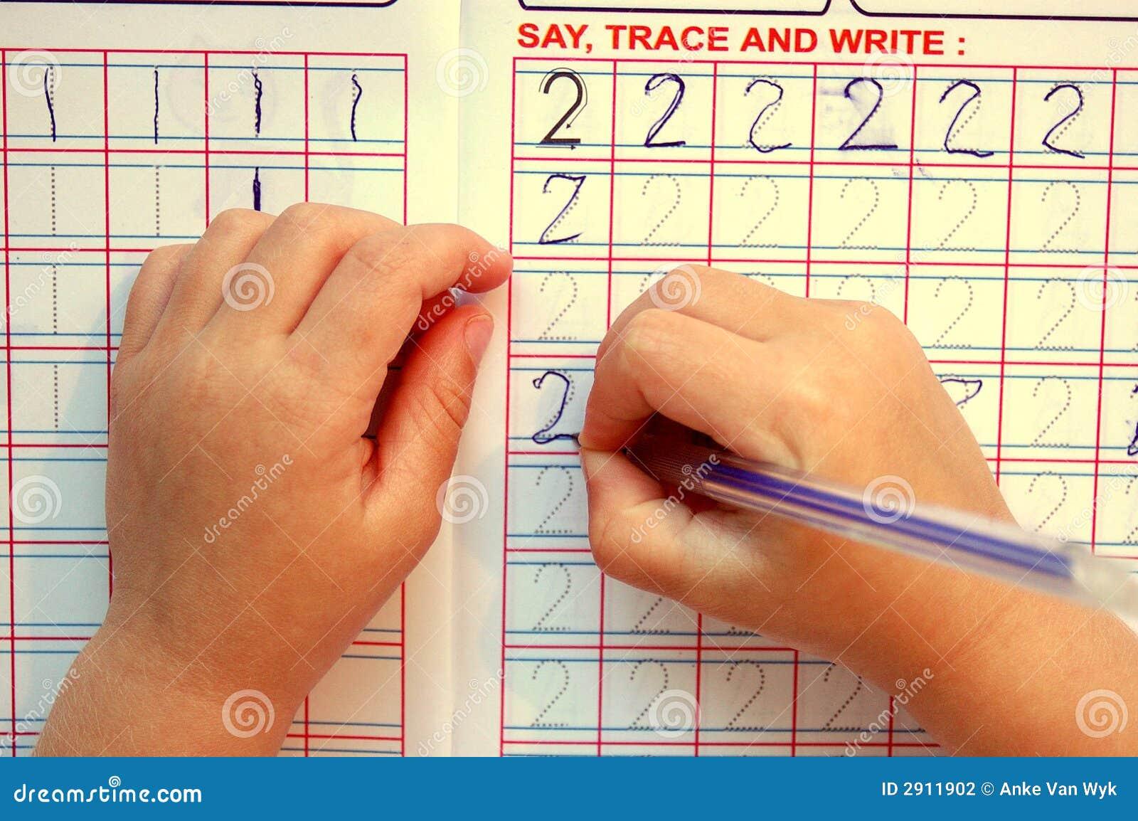 De handen van het kind het schrijven