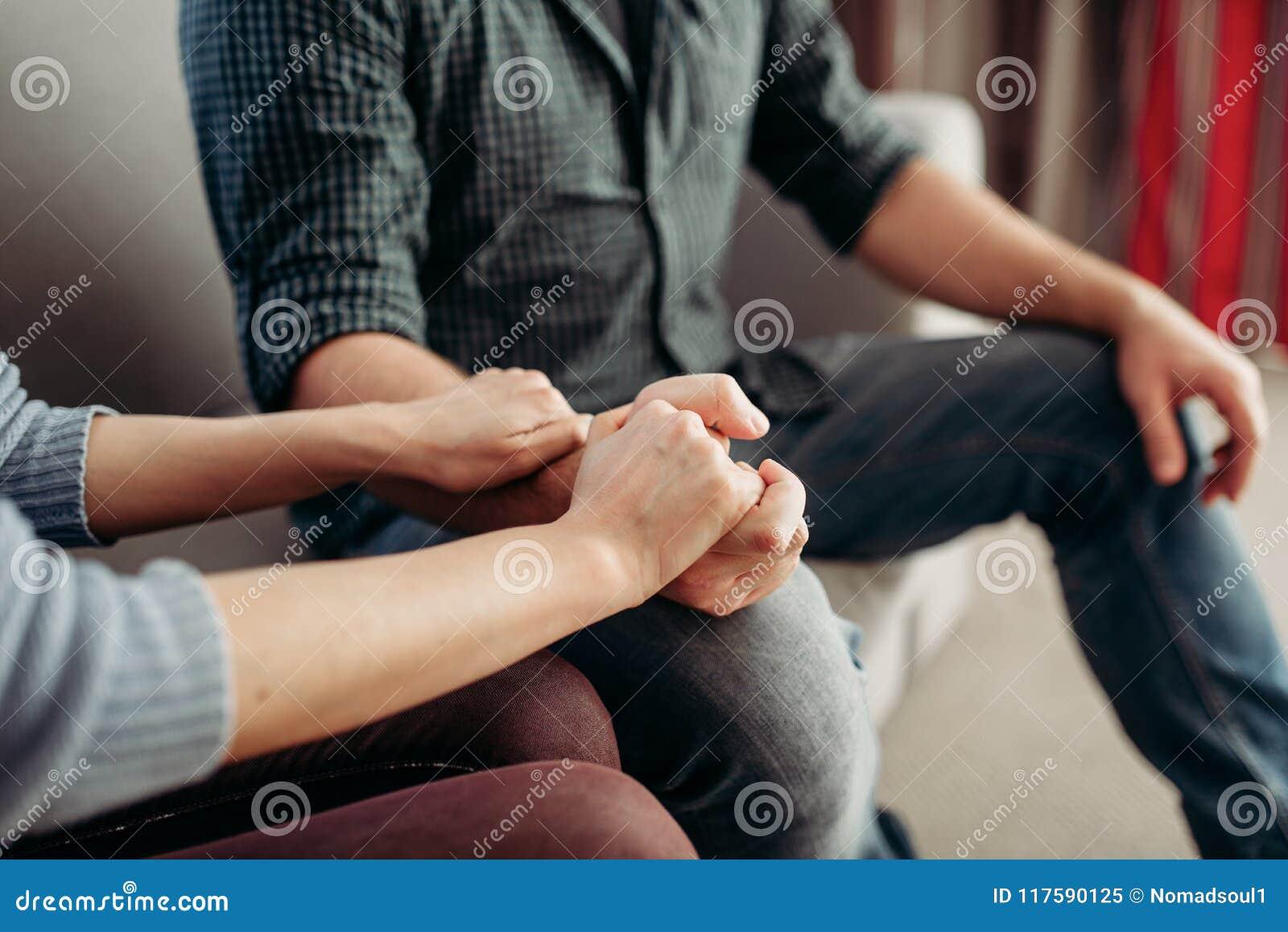 De handen van de paargreep, de steun van de familiepsychologie