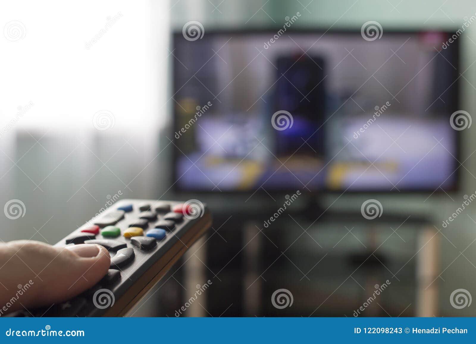 In de handen van ver van TV, op de achtergrond komt de TV-televisie