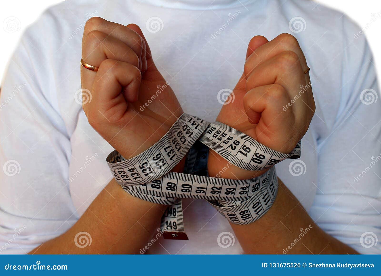 De handen van vrouwen met een metende band worden gebonden die