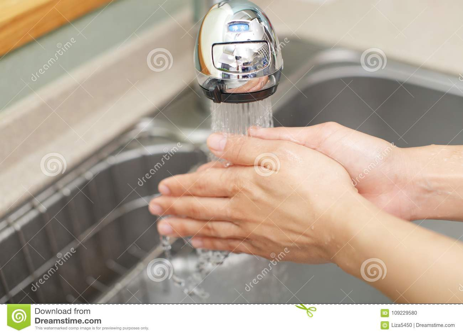 De handen van de was
