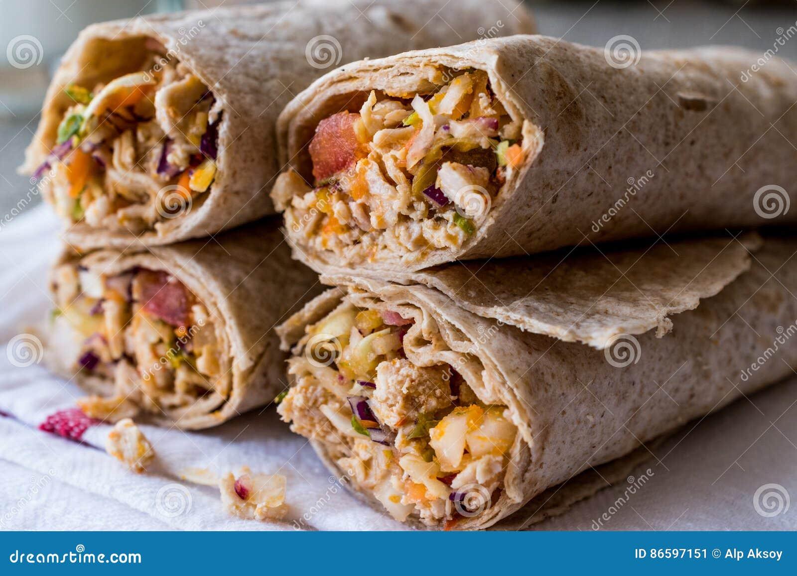 De harde tarwekebab van kippenshawarma met ayran of karnemelk/Tantuni