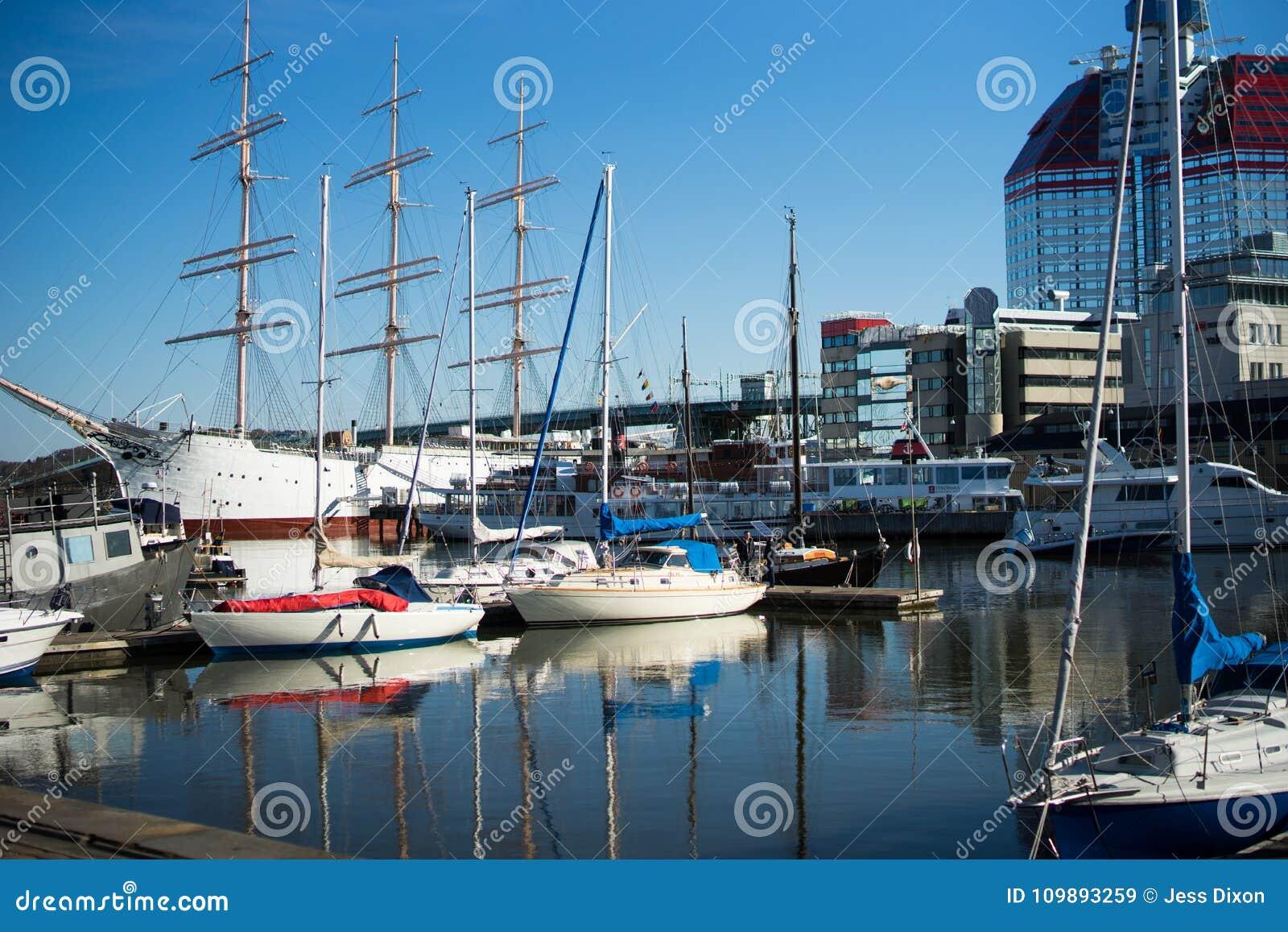 De Haven van Gothenburg met boten en bezinningen met een mooie duidelijke blauwe hemel , Zweden