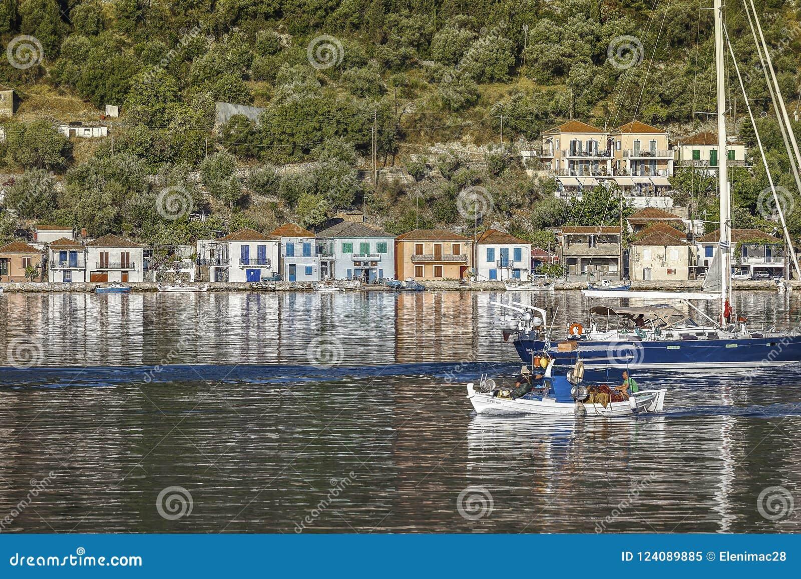 De Haven van Ithacavathi Griekse vissers` s boot die de haven enterring