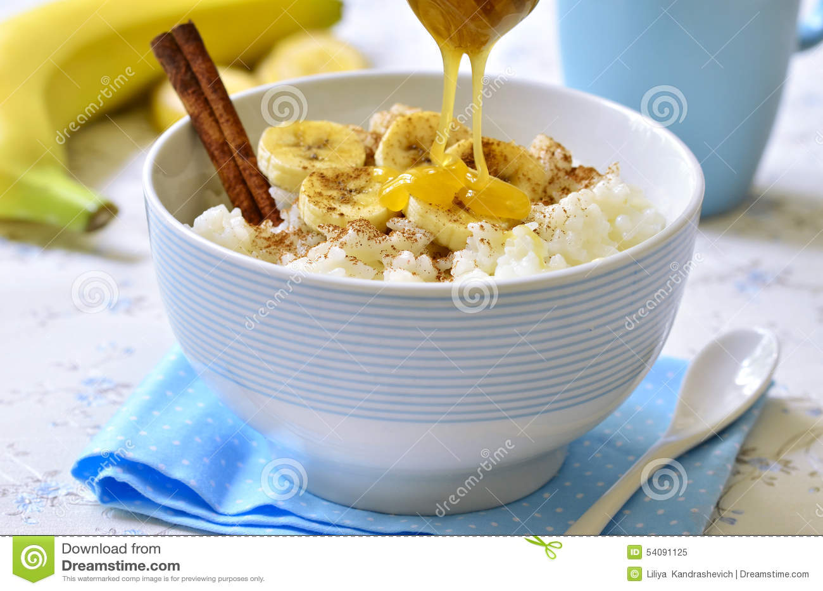 De havermoutpap van de melkrijst met banaan, kaneel en honing