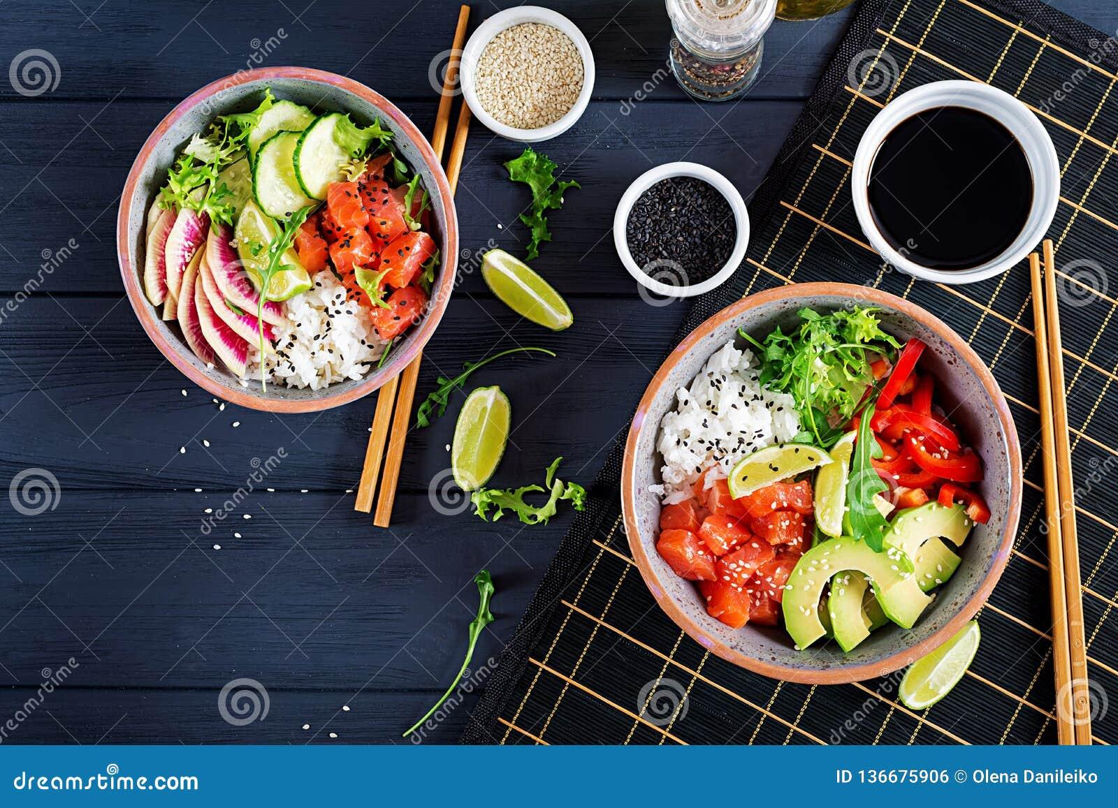 De Hawaiiaanse zalmvissen porren kom met rijst, avocado, paprika, komkommer, radijs, sesamzaden en kalk De kom van Boedha Het voe