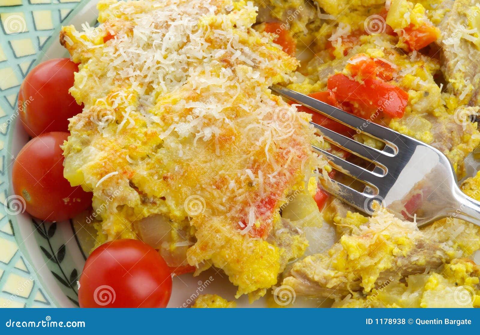 De heerlijke knoeiboel van Turkije met eieren, parmezaanse kaas en kersentomaten