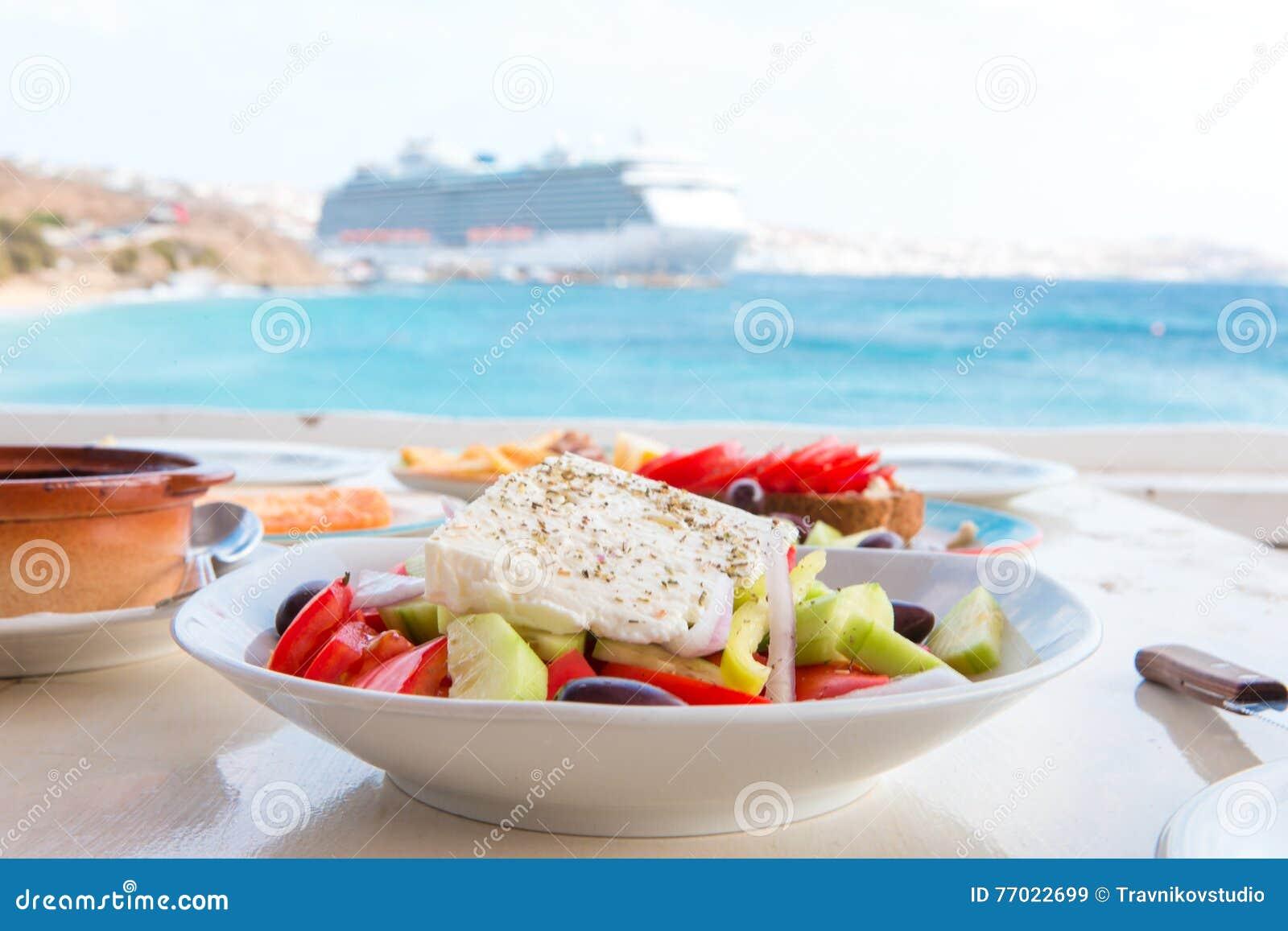 De heerlijke verse Griekse salade diende voor lunch bij openluchtrestaurant met mooie mening over het overzees en de haven
