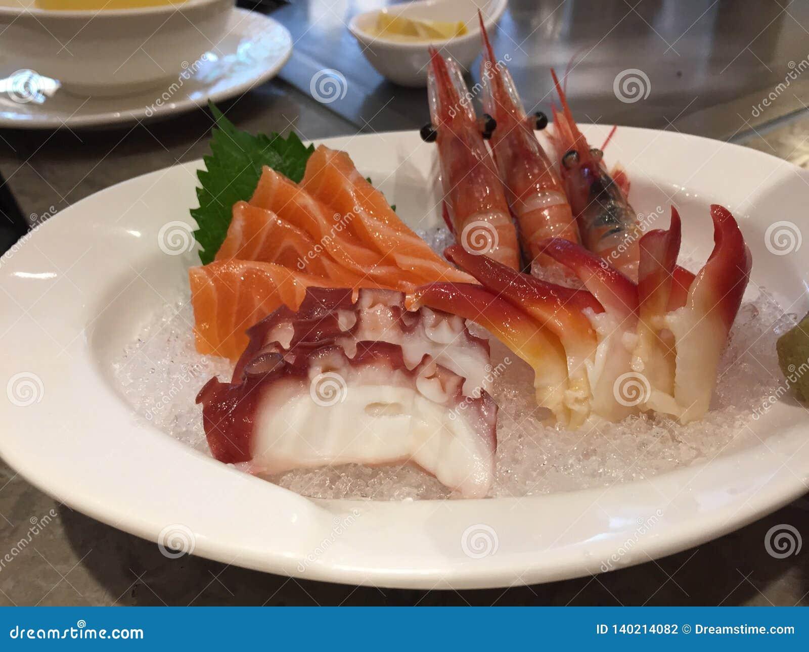 De heerlijke zeevruchten omvatten sashimi en garnalen