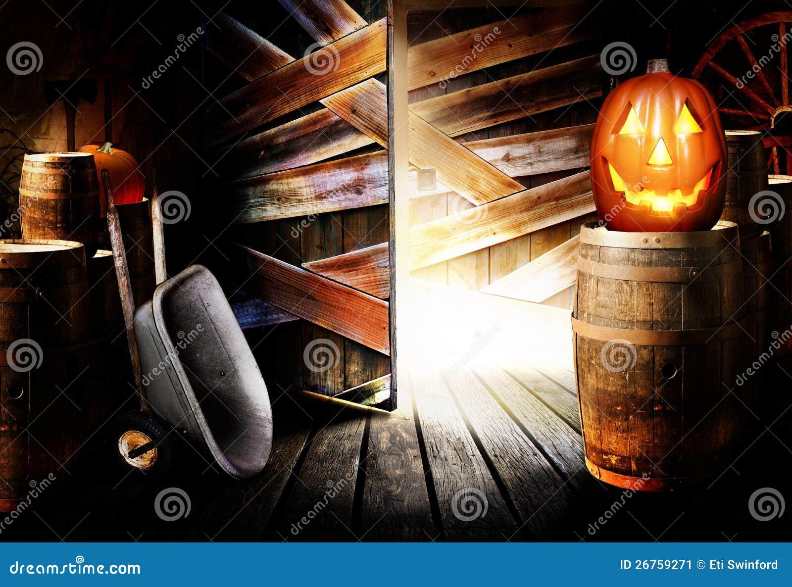 De hefboom-o-lantaarn van Halloween in schuur