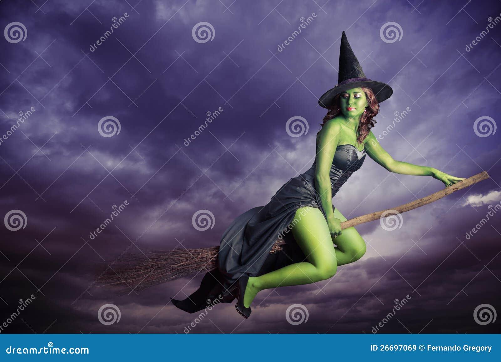 Heks Op Bezem Storm.De Heks Die Van Halloween Op Bezemsteel Vliegt Stock