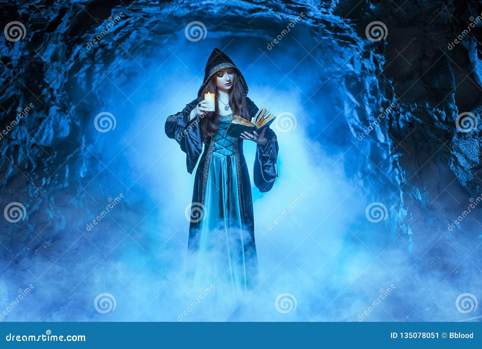 De heks met magische bal in haar handen veroorzaakt geesten