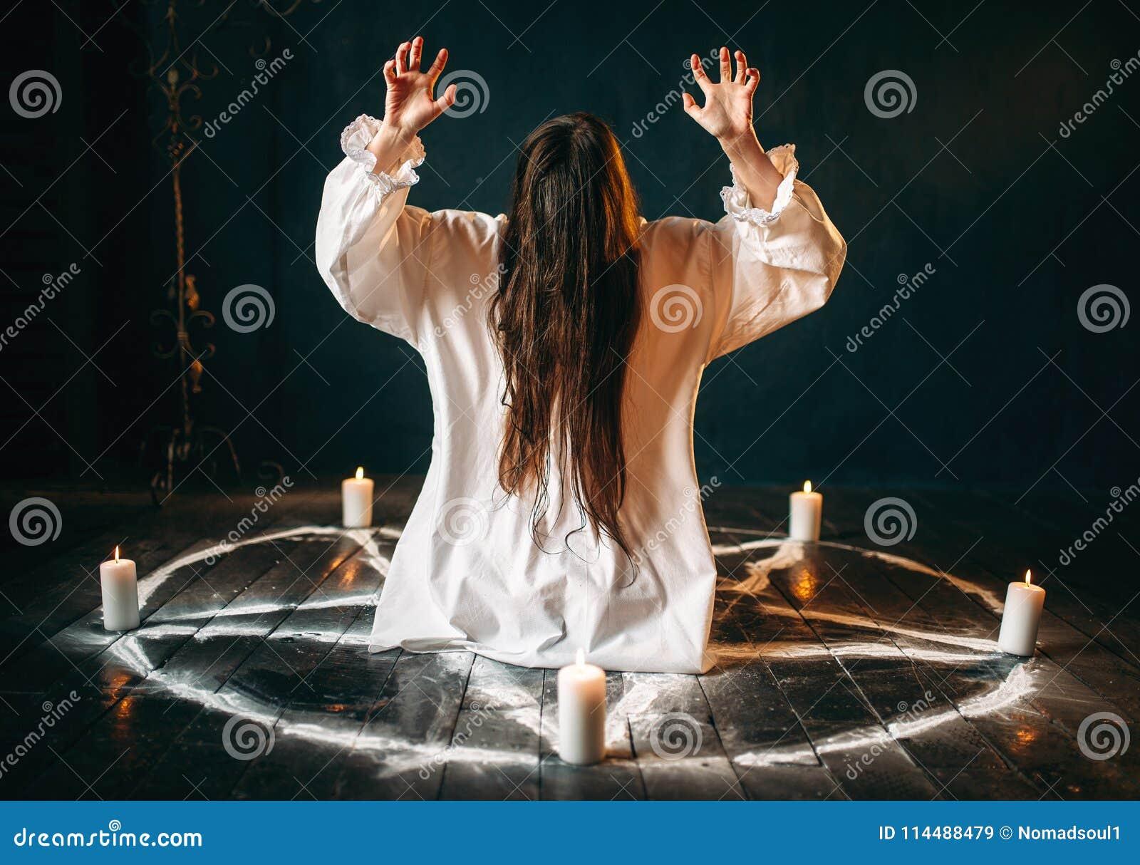 De heks veroorzaakt geheim ritueel in pentagramcirkel