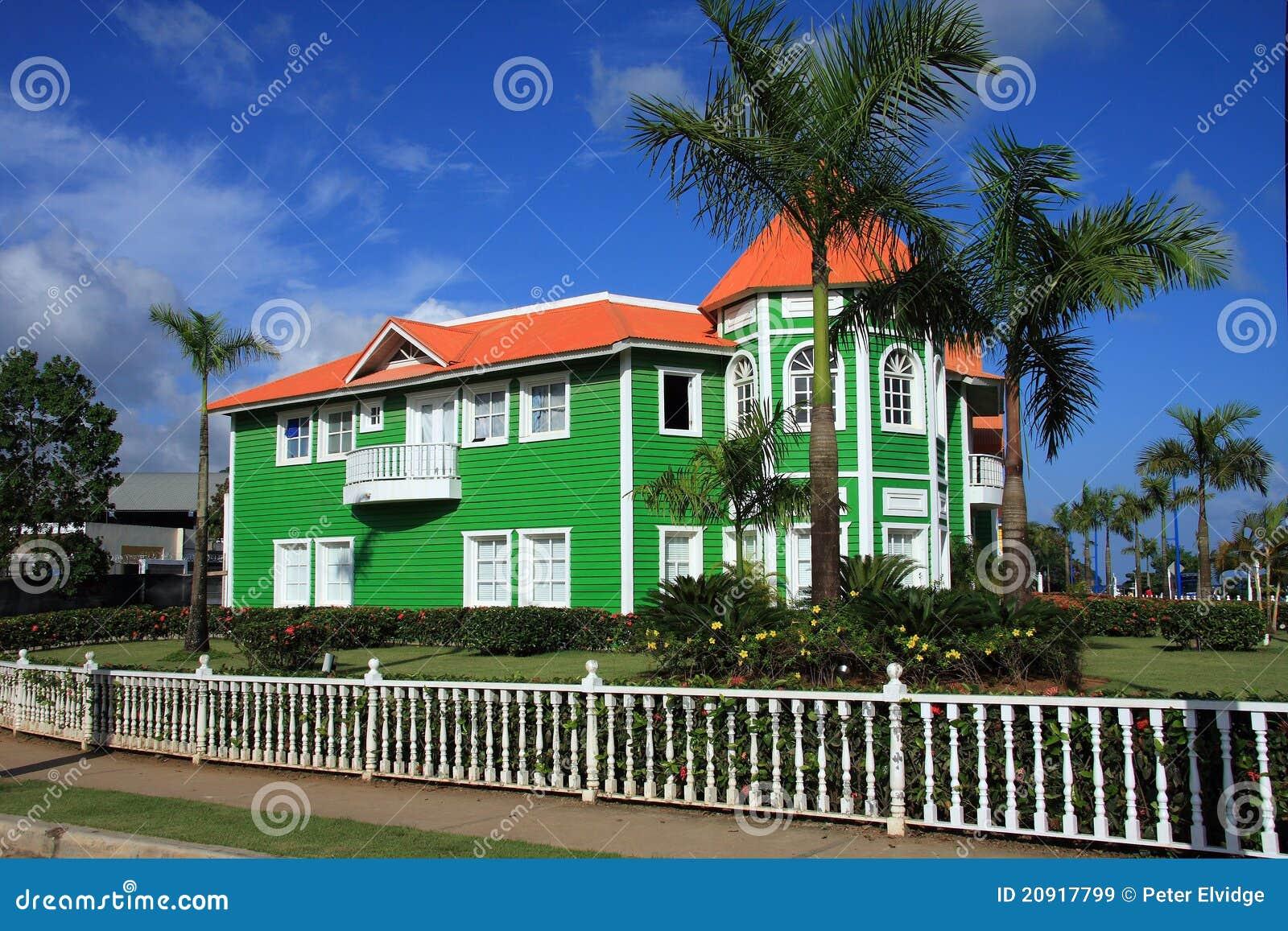 De helder geschilderde groene dakspaanbouw