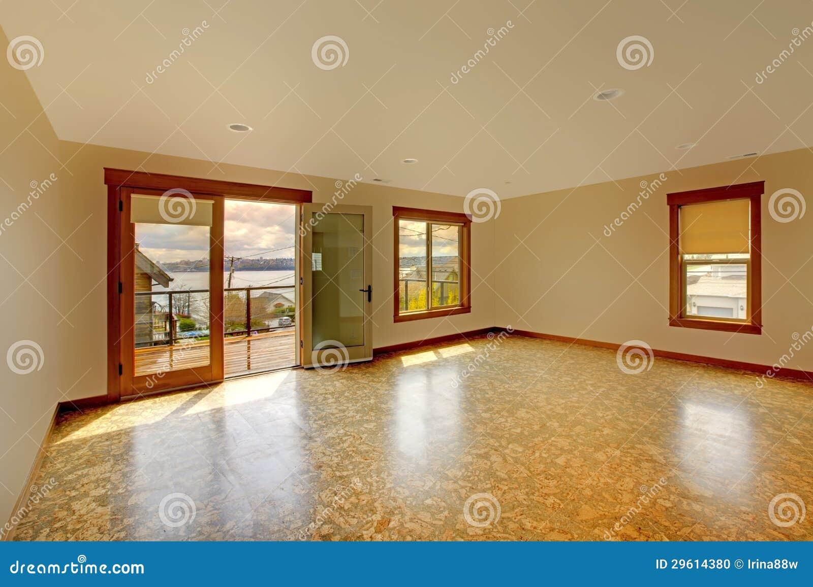 Vloer Voor Balkon : De heldere lege ruimte van lage met cork vloer en balkon stock