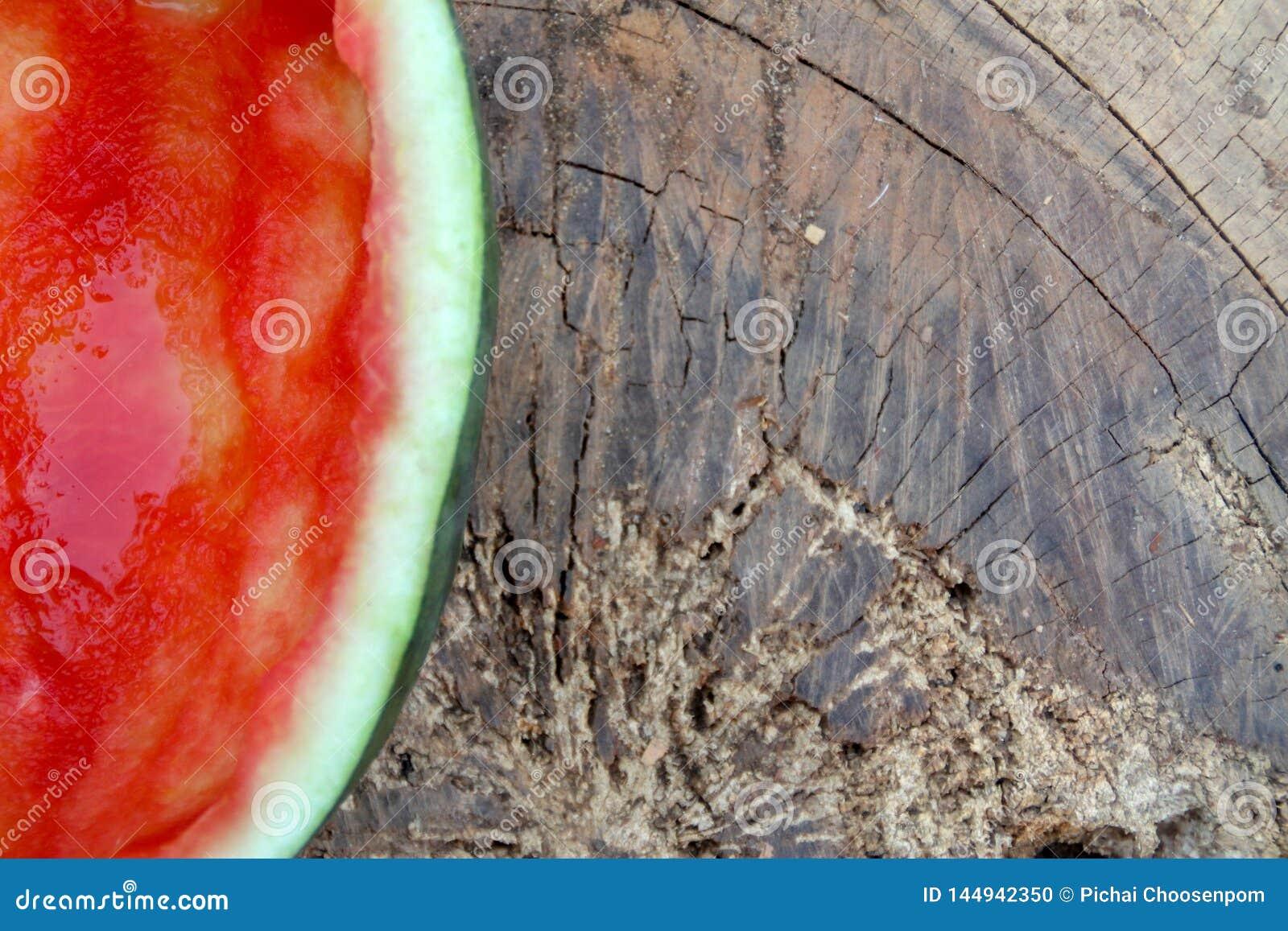 De helft van de rode watermeloen werd gegeten