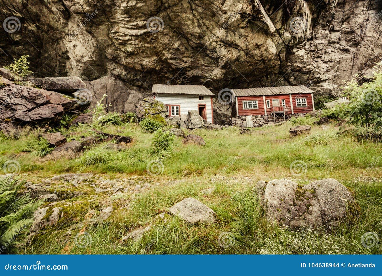 Download De Helleren-huizen In Jossingfjord, Noorwegen Redactionele Stock Afbeelding - Afbeelding bestaande uit rots, huis: 104638944