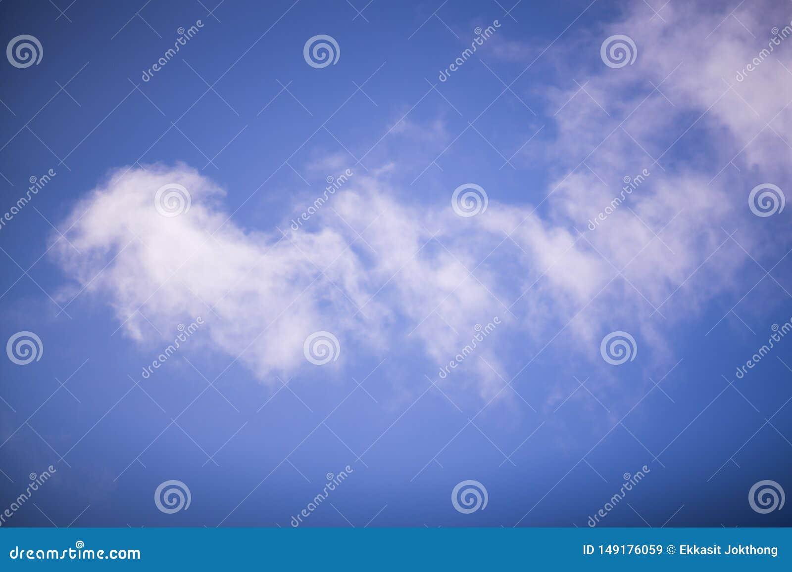 De hemel is dun, wit in het midden van de kant Zie rond de blauwe kleur