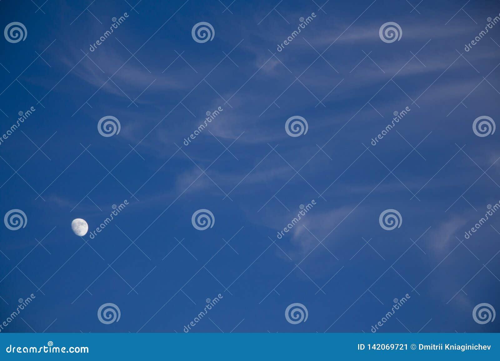 De hemelachtergrond van de avond