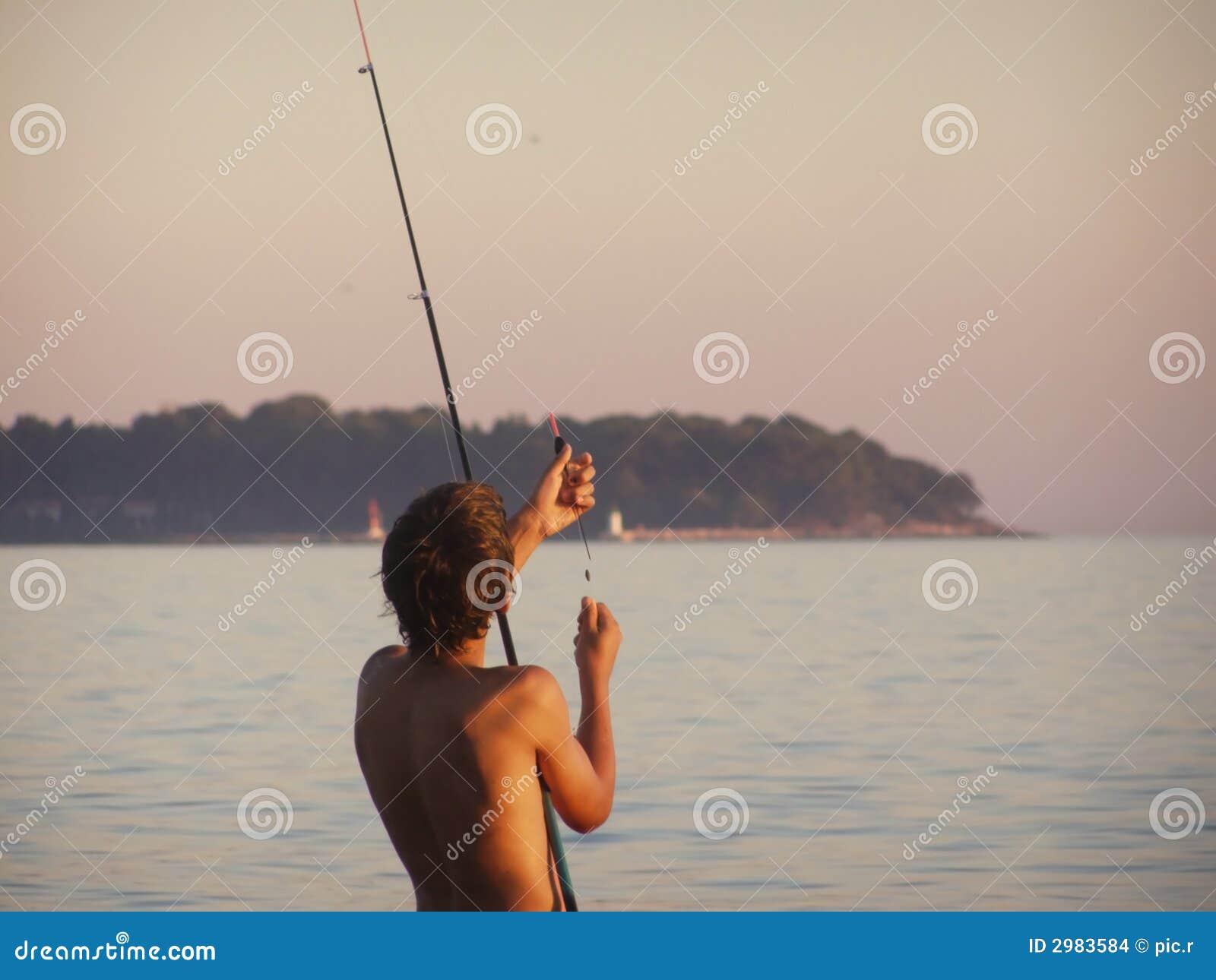 De hengelsport van de jongen bij zonsondergang stock afbeeldingen afbeelding 2983584 - Opslagkast ruimte van de jongen ...