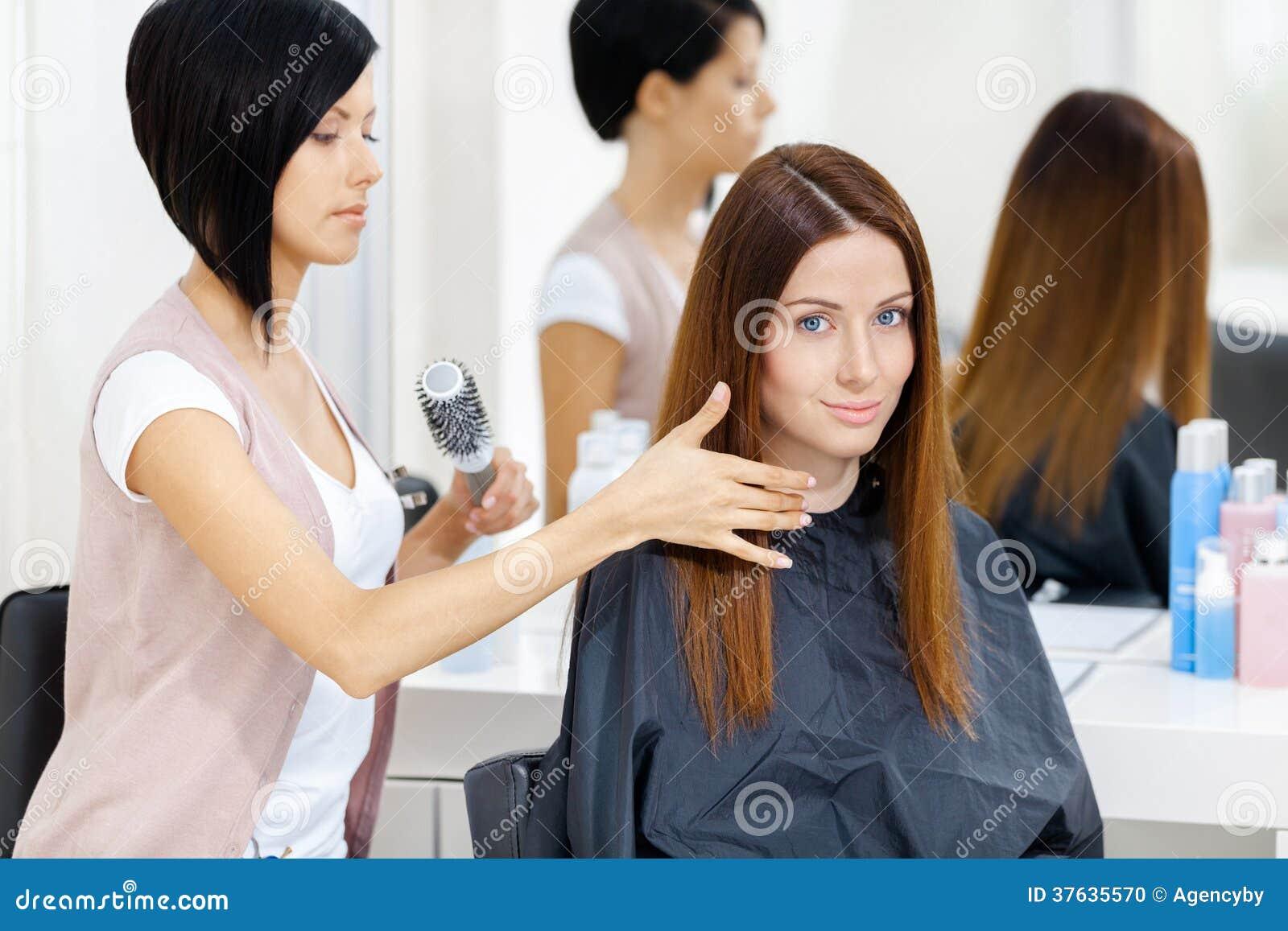 De herenkapper doet haarstijl van vrouw in herenkapper