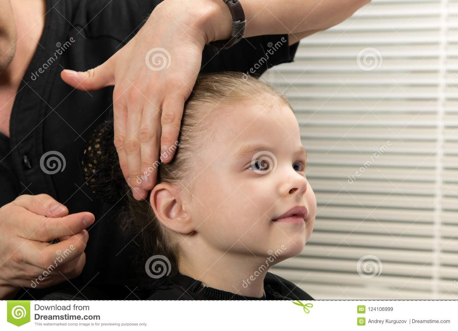 De herenkapper maakt het meisje tot een kapselbroodje