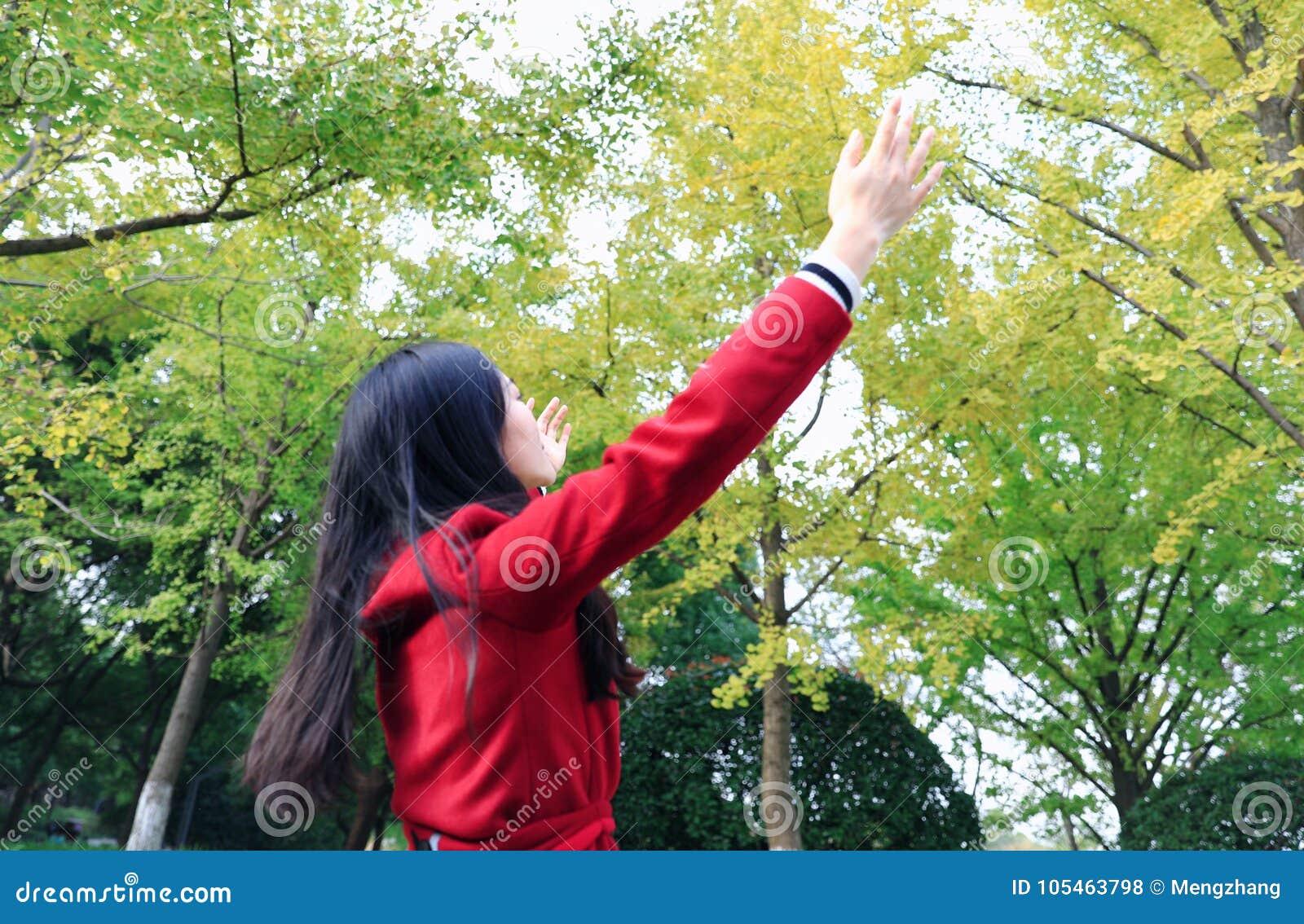 De herfst/dalings de vrouw gelukkig in vrije vrijheid stelt