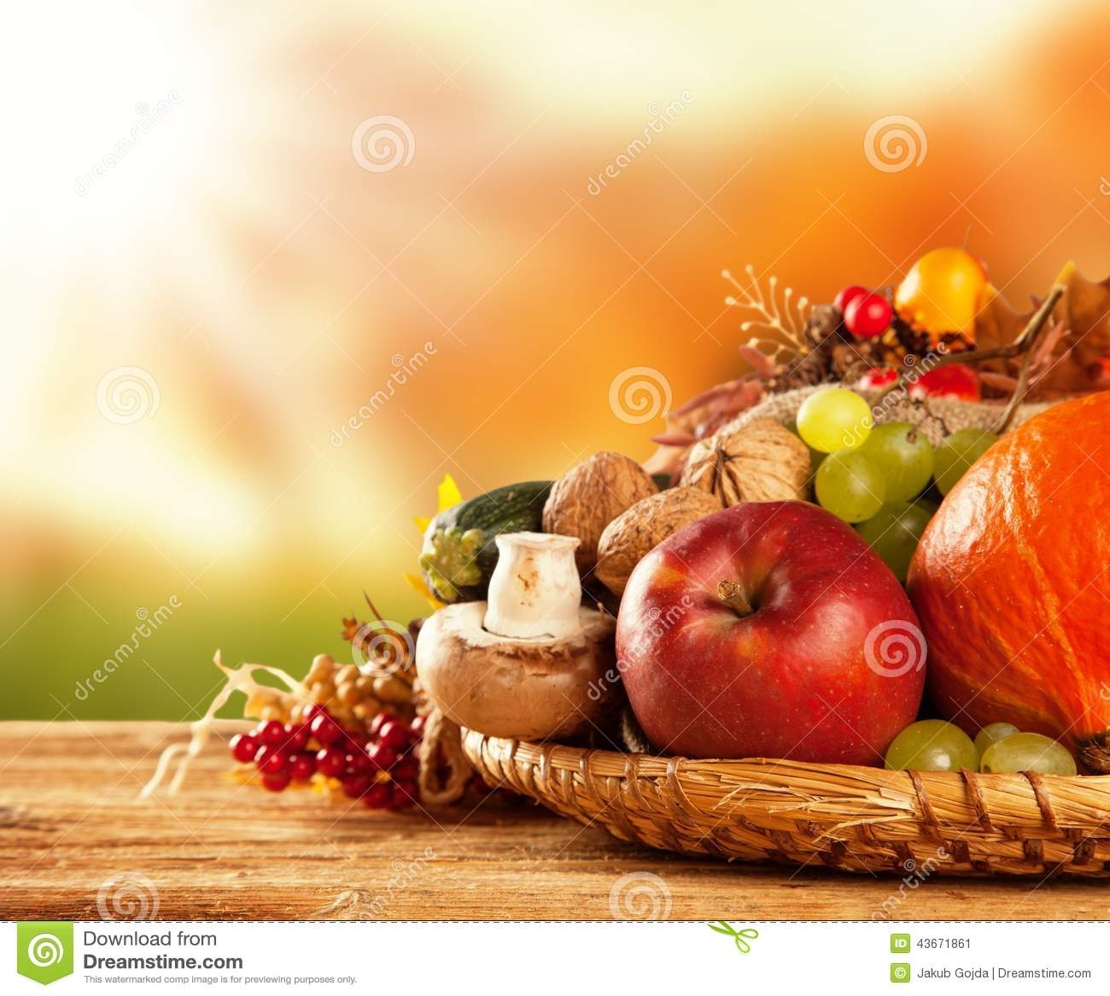 De herfst geoogste fruit en groente op hout