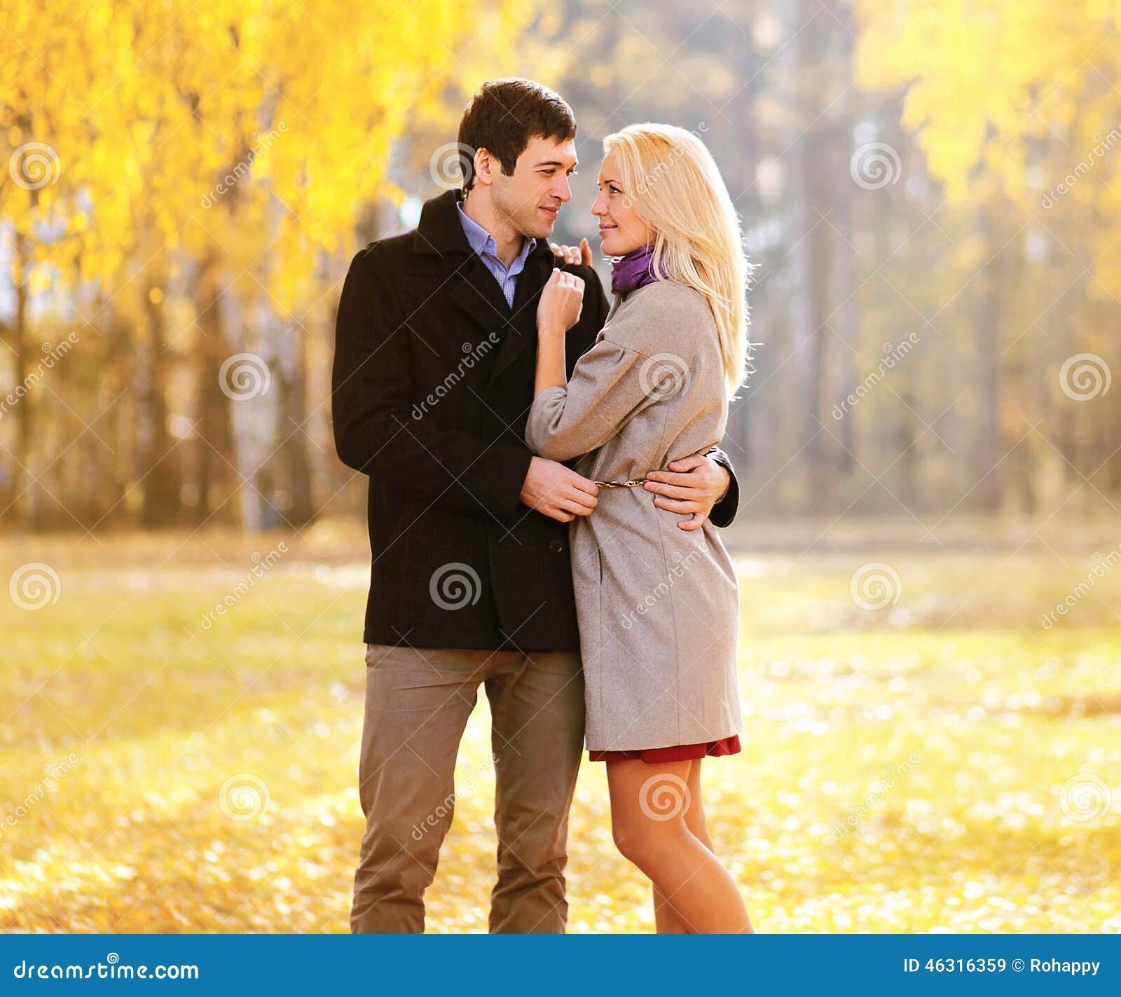 De herfst, liefde, verhoudingen en mensenconcept - mooi paar