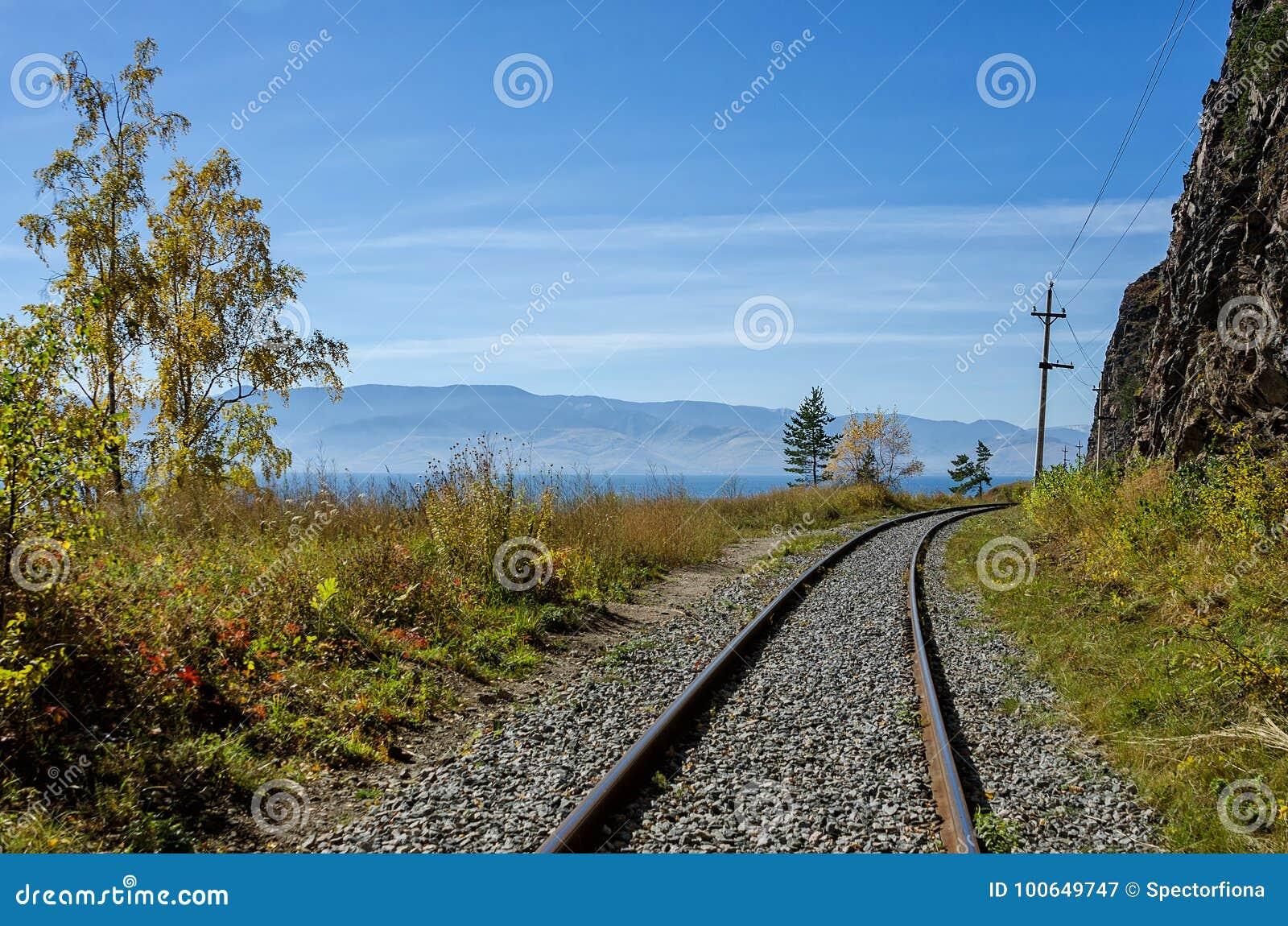 De herfst op circum-Baikal Spoorweg, Oostelijk Siberië, Rusland