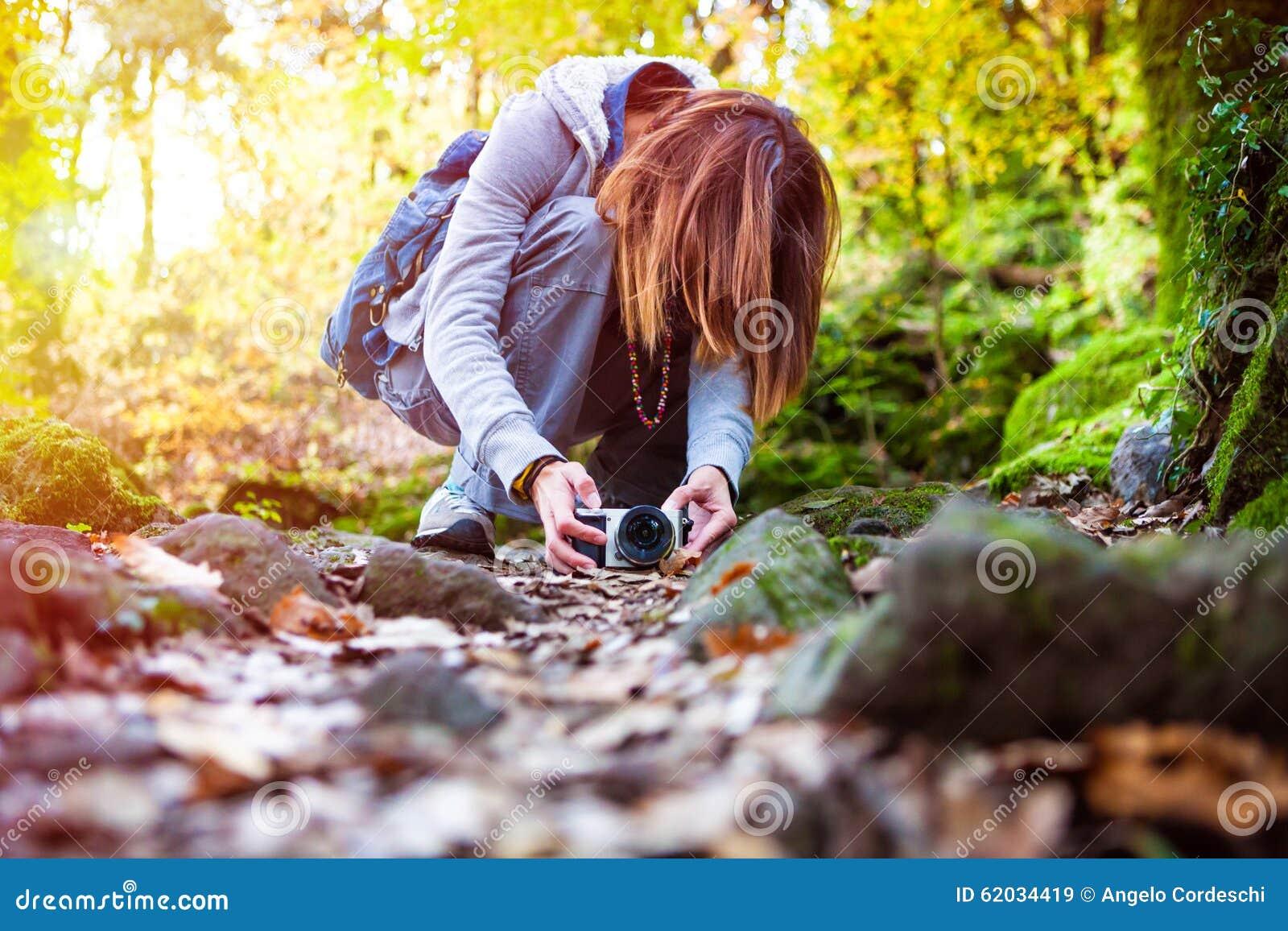 De herfst in Riga, Letland Fotograafvrouw in het boshout